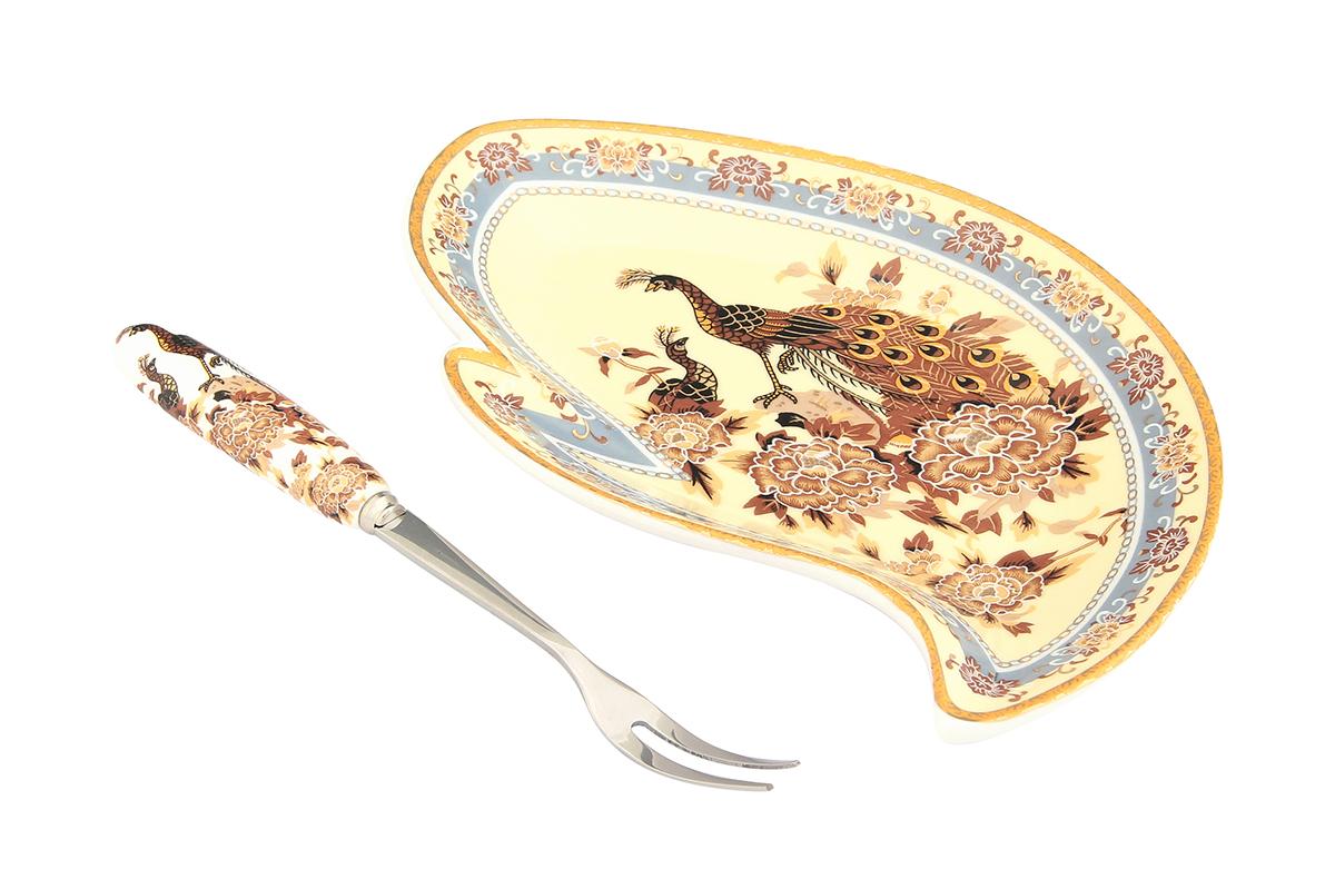Тарелка под лимон Elan Gallery Павлин на бежевом, с вилкой, 17 х 11 х 2 см503309Элегантная тарелка под лимон Elan Gallery Павлин на бежевом, изготовленная из высококачественной керамики, поможет сервировать нарезанный дольками лимон и другие цитрусовые. Внутренняя часть тарелки выполнена в цветочном дизайне с изображением шиповника. Вилка, выполненная из металла, удобна и проста в использовании. Ручка вилки выполнена из керамики и декорирована цветочным дизайном.Тарелка под лимон Elan Gallery Павлин на бежевом не только украсит сервировку вашего стола, но и станет отличным подарком для ваших близких. Набор упакован в подарочную коробку. Не рекомендуется применять абразивные моющие вещества. Не использовать в микроволновой печи. Размер тарелки: 17 х 11 х 2 см. Длина рабочей поверхности вилки: 3 см. Общая длина вилки: 15,5 см.