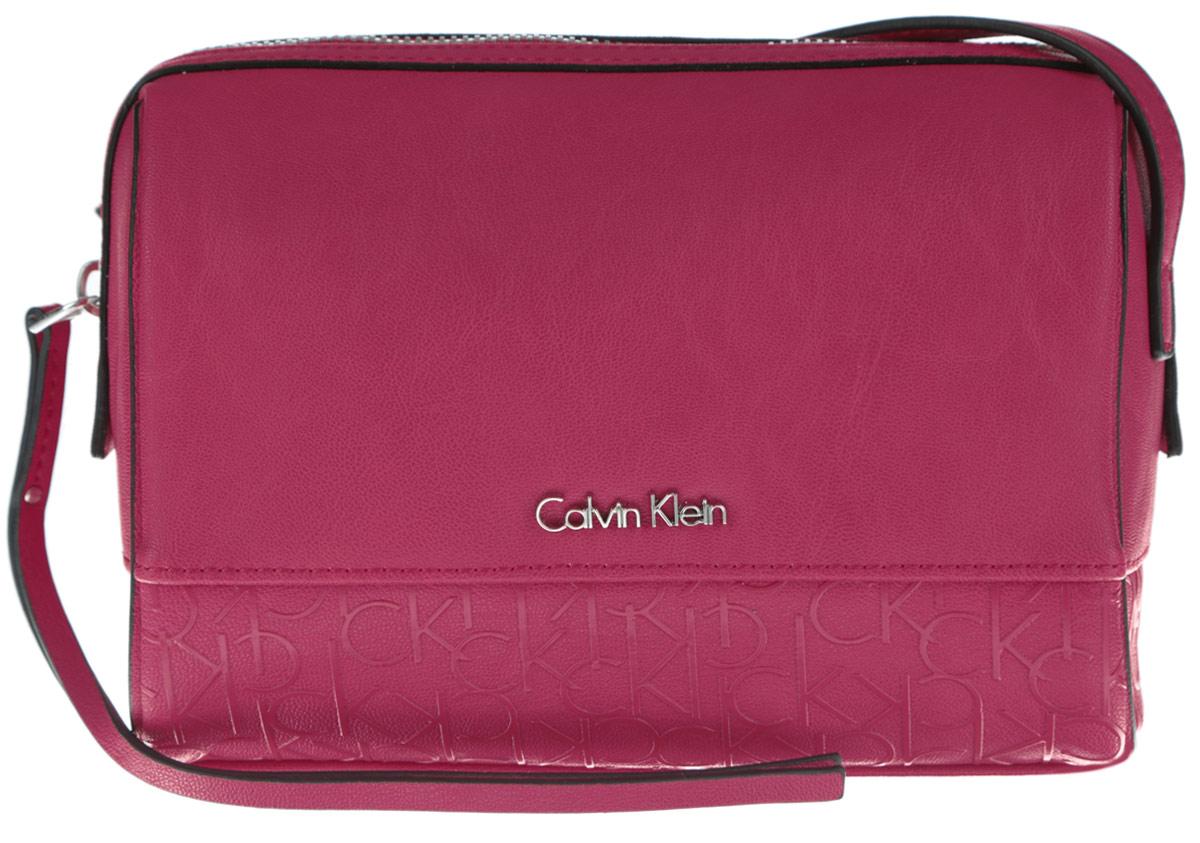Сумка женская Calvin Klein Jeans, цвет: розово-красный. K60K601121_6050K60K601121_6050Стильная женская сумка Calvin Klein Jeans выполнена из полиуретана. Изделие имеет одно основное отделение, которое закрывается на застежку-молнию. Внутри находятся два накладных открытых кармана. Модель оснащена плечевым ремнем, регулируемой длины. Роскошная сумка внесет элегантные нотки в ваш образ и подчеркнет ваше отменное чувство стиля.