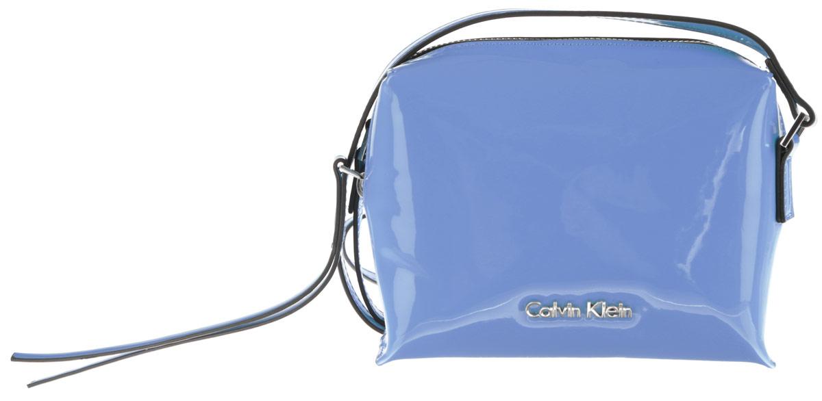 Сумка женская Calvin Klein Jeans, цвет: голубой. K60K601563_4120K60K601563_4120Стильная женская сумка Calvin Klein Jeans выполнена из полиуретана. Изделие имеет одно основное отделение, которое закрывается на застежку-молнию. Внутри находится накладной открытый карман. Модель оснащена плечевым ремнем, регулируемой длины. Роскошная сумка внесет элегантные нотки в ваш образ и подчеркнет ваше отменное чувство стиля.
