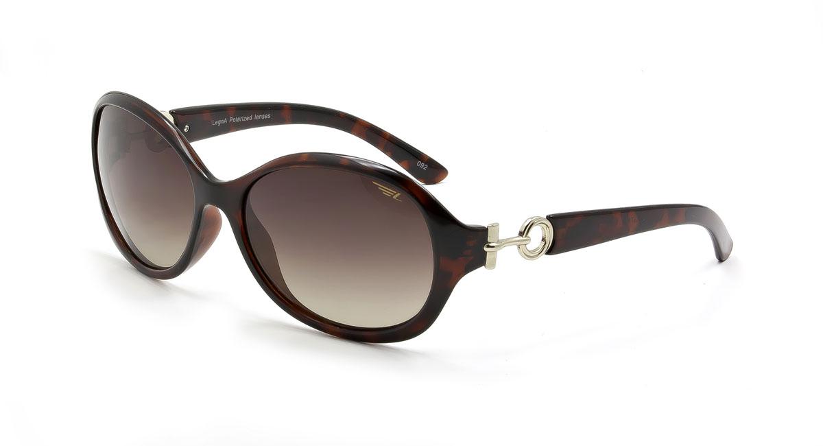 Очки женские поляризационные Legna, цвет: коричневый. S8371BS8371BСтильные солнцезащитные очки Legna сделают приятной прогулку в жаркий солнечный полдень. Их также по достоинству оценят водители, так как эта модель очков оснащена уникальными поляризационными линзами, которые задерживают раздражающие блики, что гарантирует полный зрительный комфорт и, как результат, повышенную безопасность. Высокоэффективный встроенный УФ фильтр обеспечивает совершенную защиту от вредных ультрафиолетовых лучей Кроме того, это эффектный аксессуар, который наверняка станет «изюминкой» вашего индивидуального стиля. Оправа не только красивая, но и прочная, а линзы со временем не покроются мелкими царапинами. Чистка и обслуживание: Вымыть теплой водой, вытереть мягкой сухой салфеткой. Условия хранения: в футляре при нормальных климатических условиях. Предупреждение: Не использовать в солярии, не смотреть на прямые солнечные лучи, не использовать при управлении автомобилем в сумерках и ночью.