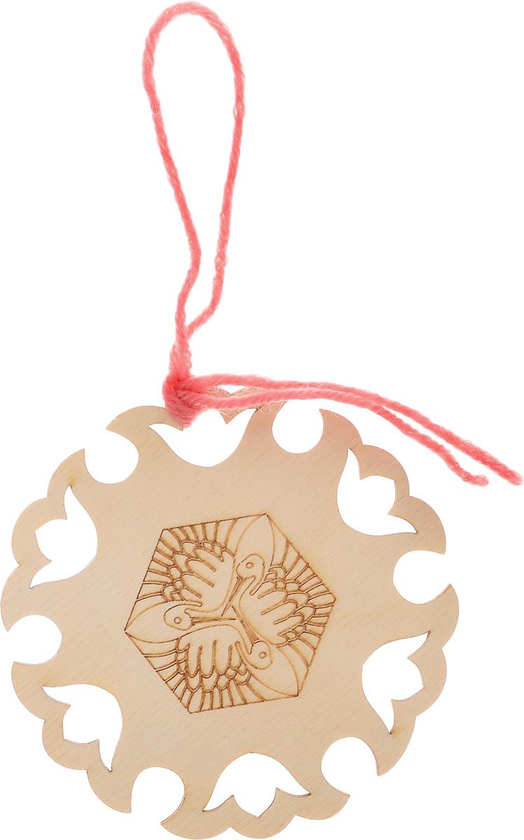 Заготовка деревянная Buratini Японский текстиль, 96 х 94 ммDZ30016Заготовка Buratini Японский текстиль изготовлена из самого легкого материала для работы - фанеры. В ней прекрасно сочетаются пластичность форм, линий и художественная выразительность. Благодаря таким качествам заготовки, вы можете реализовать свои самые смелые творческие фантазии: оформить ее в технике декупаж, расписать красками, украсить мозаикой, пайетками, лентами или бисером. Такую оригинальную заготовку можно использовать как шпульку для ниток мулине, лент, кружева или тесьмы.