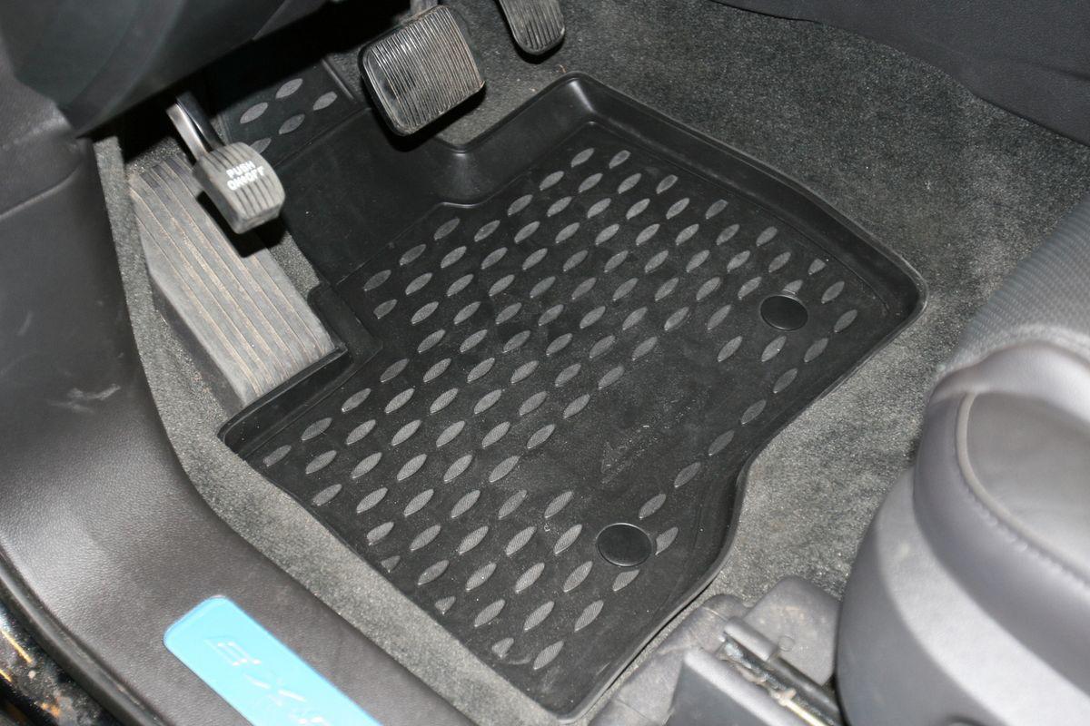 Набор автомобильных ковриков Novline-Autofamily для Ford Explorer 2011-2015, в салон, 5 штCARFRD00003hНабор автомобильных ковриков Novline-Autofamily, изготовленный из полиуретана, состоит из 5 ковриков, которые учитывают все особенности каждой модели автомобиля и полностью повторяют контуры пола. Полиуретановые автомобильные коврики для салона произведены из высококачественного материала, который держит форму, прочный и не пачкает обувь. Коврики в салон не только улучшат внешний вид салона вашего автомобиля, но и надежно уберегут его от пыли, грязи и сырости, а значит, защитят кузов от коррозии. Полиуретановые коврики для автомобиля гладкие, приятные и не пропускают влагу. Ковры для автомобилей надежно крепятся на полу и не скользят, что очень важно во время движения. Чистятся коврики очень просто: как при помощи автомобильного пылесоса, так и различными моющими средствами. Набор подходит для Ford Explorer 2011-2015 годов выпуска.