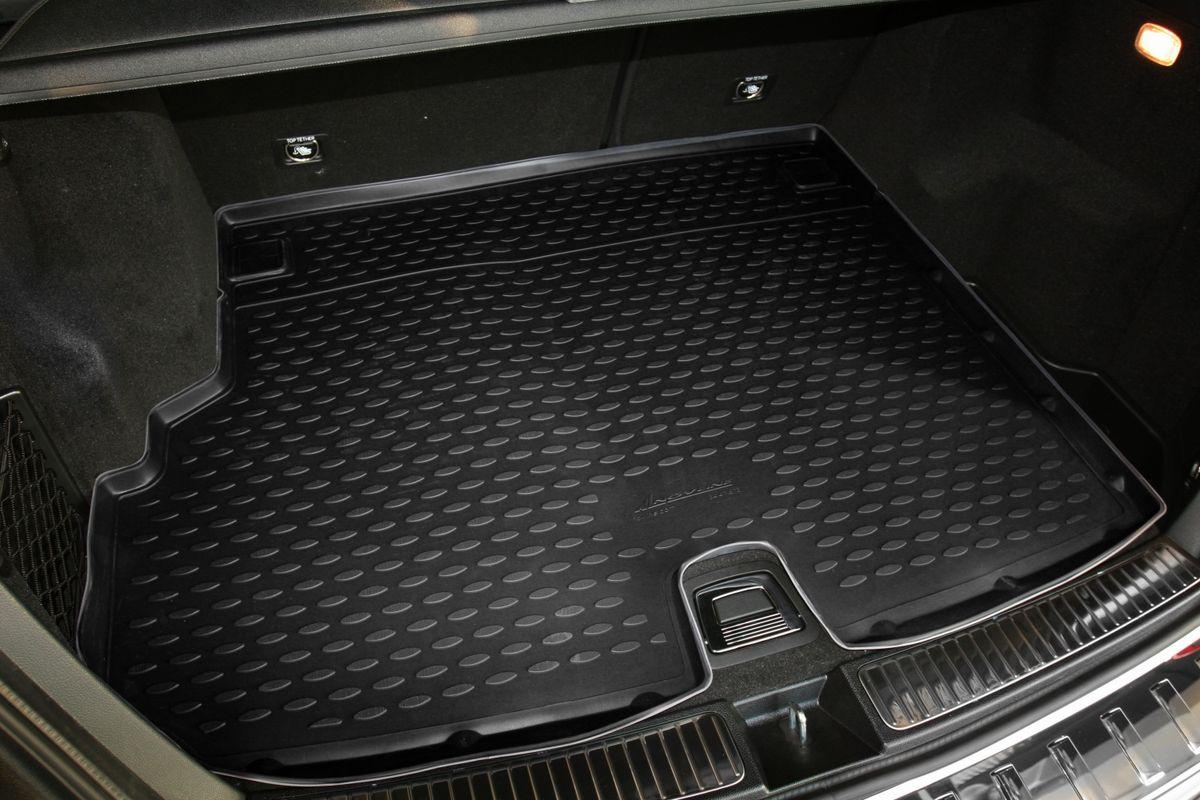 Коврик автомобильный Novline-Autofamily для Mercedes-Benz GLK-Klasse X204 кроссовер 2003, 2012-, в багажник, с вырезом под ручкуNLC.34.41.B13Автомобильный коврик Novline-Autofamily, изготовленный из полиуретана, позволит вам без особых усилий содержать в чистоте багажный отсек вашего авто и при этом перевозить в нем абсолютно любые грузы. Этот модельный коврик идеально подойдет по размерам багажнику вашего автомобиля. Такой автомобильный коврик гарантированно защитит багажник от грязи, мусора и пыли, которые постоянно скапливаются в этом отсеке. А кроме того, поддон не пропускает влагу. Все это надолго убережет важную часть кузова от износа. Коврик в багажнике сильно упростит для вас уборку. Согласитесь, гораздо проще достать и почистить один коврик, нежели весь багажный отсек. Тем более, что поддон достаточно просто вынимается и вставляется обратно. Мыть коврик для багажника из полиуретана можно любыми чистящими средствами или просто водой. При этом много времени у вас уборка не отнимет, ведь полиуретан устойчив к загрязнениям. Если вам приходится перевозить в багажнике тяжелые грузы,...