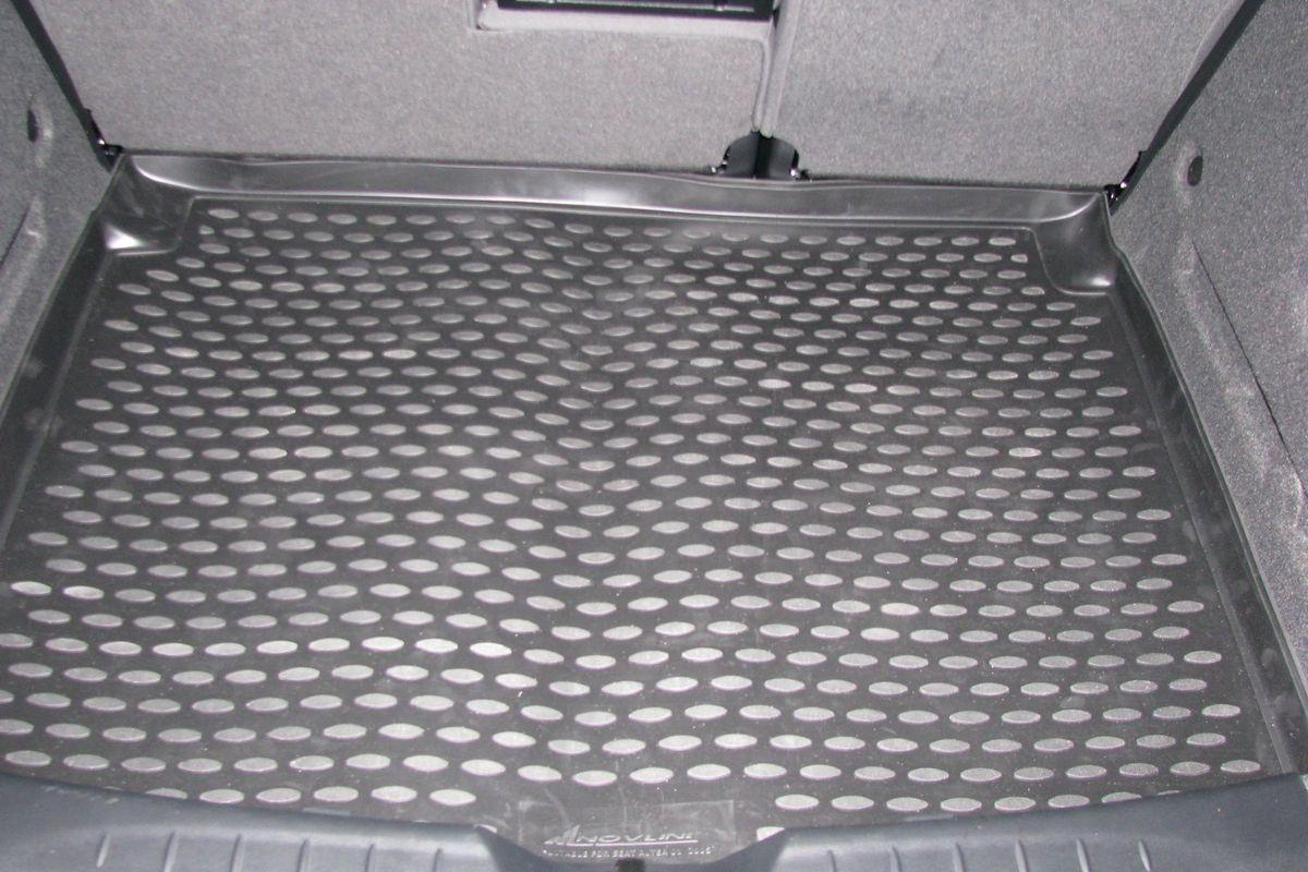 Коврик в багажник Novline-Autofamily, для SEAT Altea un (04-)NLC.44.01.B12Автомобильный коврик в багажник Novline-Autofamily позволит вам без особых усилий содержать в чистоте багажный отсек вашего авто и при этом перевозить в нем абсолютно любые грузы. Этот модельный коврик идеально подойдет по размерам багажнику вашего авто. Такое изделие гарантированно защитит багажник вашего автомобиля от грязи, мусора и пыли, которые постоянно скапливаются в этом отсеке. А кроме того, коврик не пропускает влагу. Все это надолго убережет важную часть кузова от износа. Коврик в багажнике сильно упростит для вас уборку. Тем более, что поддон достаточно просто вынимается и вставляется обратно. Мыть коврик для багажника из полиуретана можно любыми чистящими средствами или просто водой. При этом много времени у вас уборка не отнимет, ведь полиуретан устойчив к загрязнениям. Если вам приходится перевозить в багажнике тяжелые грузы, за сохранность автоковрика можете не беспокоиться. Он сделан из прочного материала, который не деформируется при механических...