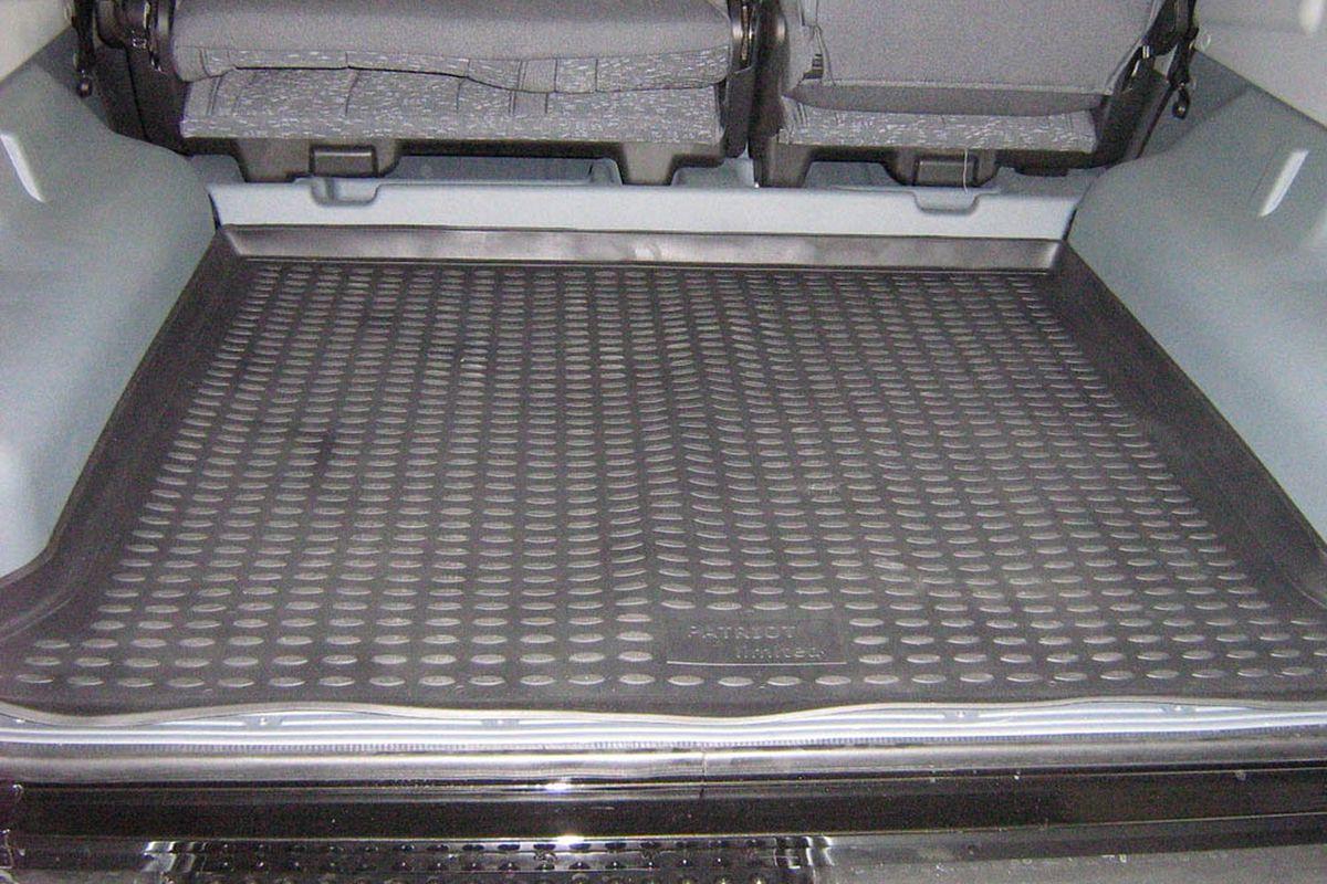 Коврик в багажник Novline-Autofamily, для УАЗ Patriot Limited (08/2005-2014), внедорожникNLC.54.05.B13Автомобильный коврик в багажник Novline-Autofamily позволит вам без особых усилий содержать в чистоте багажный отсек вашего авто и при этом перевозить в нем абсолютно любые грузы. Этот модельный коврик идеально подойдет по размерам багажнику вашего авто. Такое изделие гарантированно защитит багажник вашего автомобиля от грязи, мусора и пыли, которые постоянно скапливаются в этом отсеке. А кроме того, коврик не пропускает влагу. Все это надолго убережет важную часть кузова от износа. Коврик в багажнике сильно упростит для вас уборку. Тем более, что поддон достаточно просто вынимается и вставляется обратно. Мыть коврик для багажника из полиуретана можно любыми чистящими средствами или просто водой. При этом много времени у вас уборка не отнимет, ведь полиуретан устойчив к загрязнениям. Если вам приходится перевозить в багажнике тяжелые грузы, за сохранность автоковрика можете не беспокоиться. Он сделан из прочного материала, который не деформируется при механических...