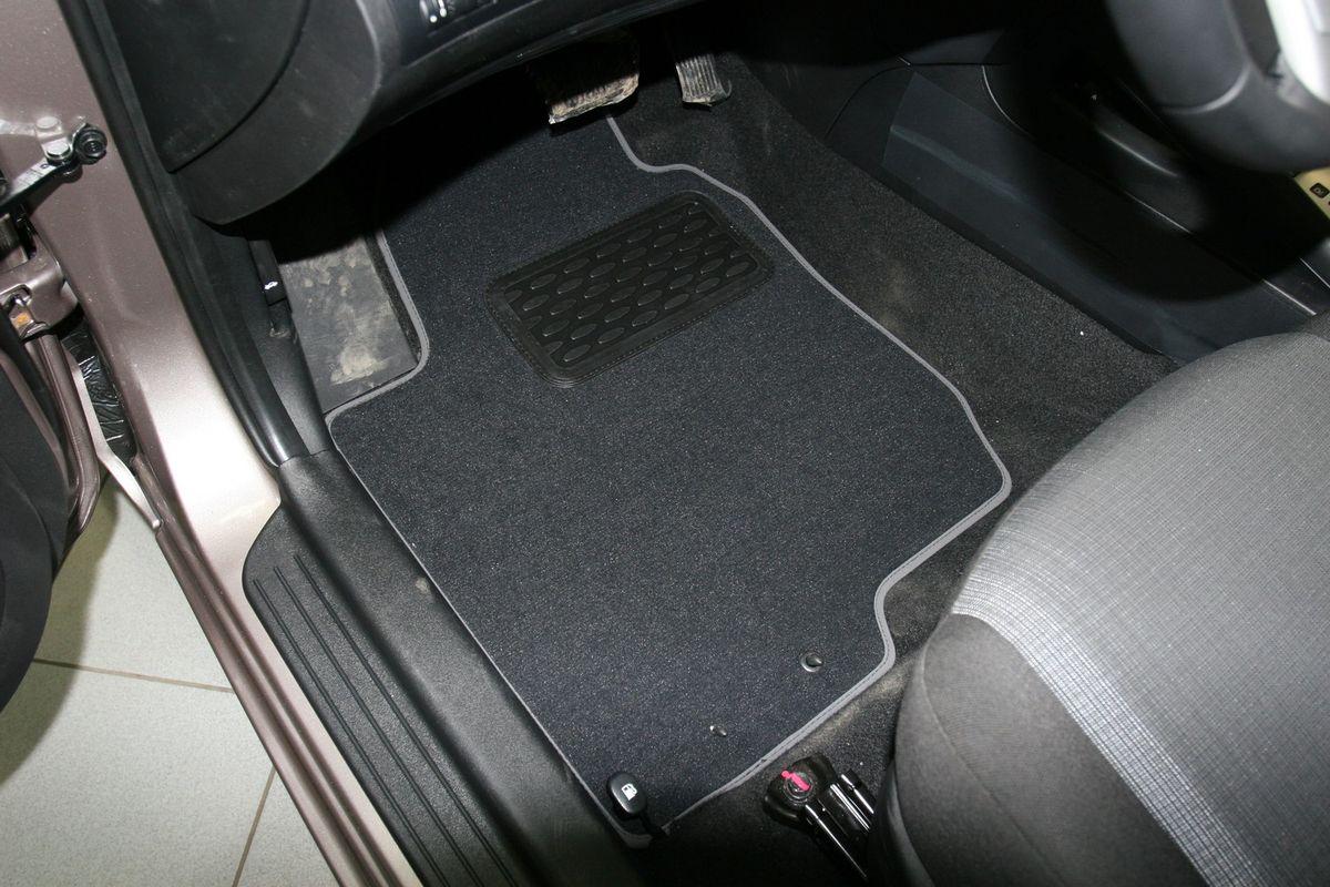 Набор автомобильных ковриков Novline-Autofamily для Kia Ceed II АКПП 2010-, хэтчбек, 5 штNLT.25.20.11.110khНабор автомобильных ковриков Novline-Autofamily, изготовленный из текстиля, состоит из 5 ковриков, которые учитывают все особенности каждой модели автомобиля и полностью повторяют контуры пола. Текстильные автомобильные коврики для салона произведены из высококачественного материала, который держит форму, прочный и не пачкает обувь. Коврики в салон не только улучшат внешний вид салона вашего автомобиля, но и надежно уберегут его от пыли, грязи и сырости, а значит, защитят кузов от коррозии. Текстильные коврики для автомобиля мягкие и приятные, а их основа из вспененного полиуретана не пропускает влагу. Ковры для автомобилей надежно крепятся на полу и не скользят, что очень важно во время движения. Чистятся коврики очень просто: как при помощи автомобильного пылесоса, так и различными моющими средствами. Набор подходит для Kia Ceed II АКПП хэтчбек с 2010 года выпуска.