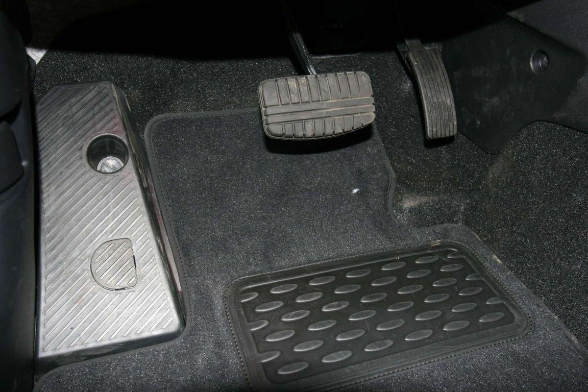 Набор автомобильных ковриков Novline-Autofamily для Mitsubishi ASX 2010-, кроссовер, в салон, 5 штNLT.35.25.11.110khНабор автомобильных ковриков Novline-Autofamily, изготовленный из текстиля, состоит из 5 ковриков, которые учитывают все особенности каждой модели автомобиля и полностью повторяют контуры пола. Текстильные автомобильные коврики для салона произведены из высококачественного материала, который держит форму, прочный и не пачкает обувь. Коврики в салон не только улучшат внешний вид салона вашего автомобиля, но и надежно уберегут его от пыли, грязи и сырости, а значит, защитят кузов от коррозии. Текстильные коврики для автомобиля мягкие и приятные, а их основа из вспененного полиуретана не пропускает влагу. Ковры для автомобилей надежно крепятся на полу и не скользят, что очень важно во время движения. Чистятся коврики очень просто: как при помощи автомобильного пылесоса, так и различными моющими средствами. Набор подходит для Mitsubishi ASX кроссовер с 2010 года выпуска.