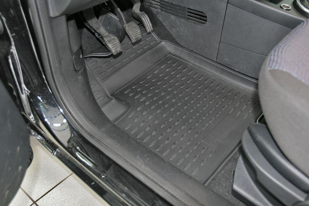 Набор автомобильных ковриков Novline-Autofamily для Ford Fusion 09/2002-2005, 2005-, в салон, 4 штs000.6Набор автомобильных ковриков Novline-Autofamily, изготовленный из полиуретана, состоит из 4 ковриков, которые учитывают все особенности каждой модели автомобиля и полностью повторяют контуры пола. Полиуретановые автомобильные коврики для салона произведены из высококачественного материала, который держит форму, прочный и не пачкает обувь. Коврики в салон не только улучшат внешний вид салона вашего автомобиля, но и надежно уберегут его от пыли, грязи и сырости, а значит, защитят кузов от коррозии. Полиуретановые коврики для автомобиля гладкие, приятные и не пропускают влагу. Ковры для автомобилей надежно крепятся на полу и не скользят, что очень важно во время движения. Чистятся коврики очень просто: как при помощи автомобильного пылесоса, так и различными моющими средствами. Набор подходит для Ford Fusion сентябрь 2002 - 2005, 2005 и позднее годов выпуска.