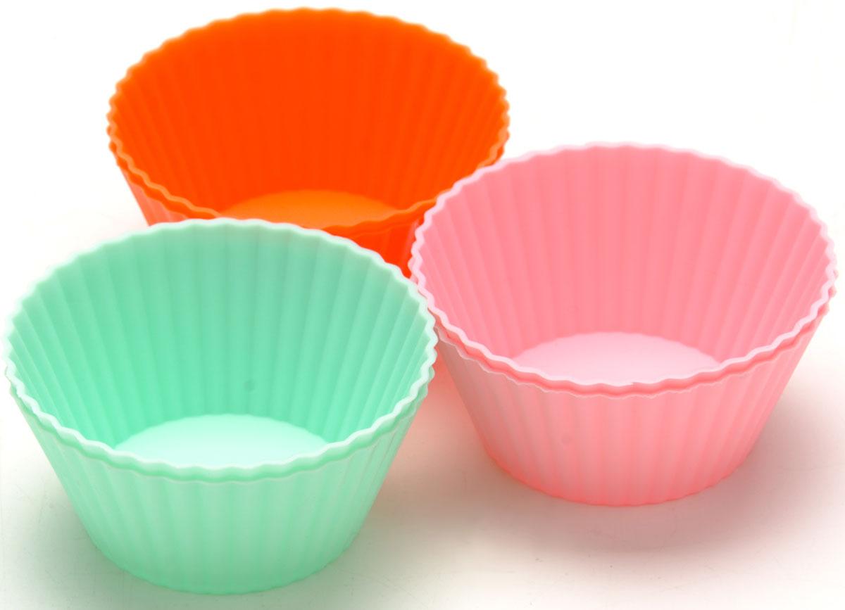 Набор форм Mayer & Boch, силиконовый, 7 х 7 х 3 см, 6 предметов21964Набор Желе состоит из 6 форм, выполненных из силикона зеленого, синего и красного цветов. Формы предназначены для выпечки и заморозки. Стенки форм рельефные. Силиконовые формы для выпечки имеют много преимуществ по сравнению с традиционными металлическими формами и противнями. Они идеально подходят для использования в микроволновых, газовых и электрических печах при температурах до +230°С. В случае заморозки до -40°С. За счет высокой теплопроводности силикона изделия выпекаются заметно быстрее. Благодаря гибкости и антиприлипающим свойствам силикона, готовое изделие легко извлекается из формы. Для этого достаточно отогнуть края и вывернуть форму (выпечке дайте немного остыть, а замороженный продукт лучше вынимать сразу). Силикон абсолютно безвреден для здоровья, не впитывает запахи, не оставляет пятен, легко моется. С такой формой вы всегда сможете порадовать своих близких оригинальной выпечкой. Размер: 7 х 7 х 3 см. Объем: 70 мл.