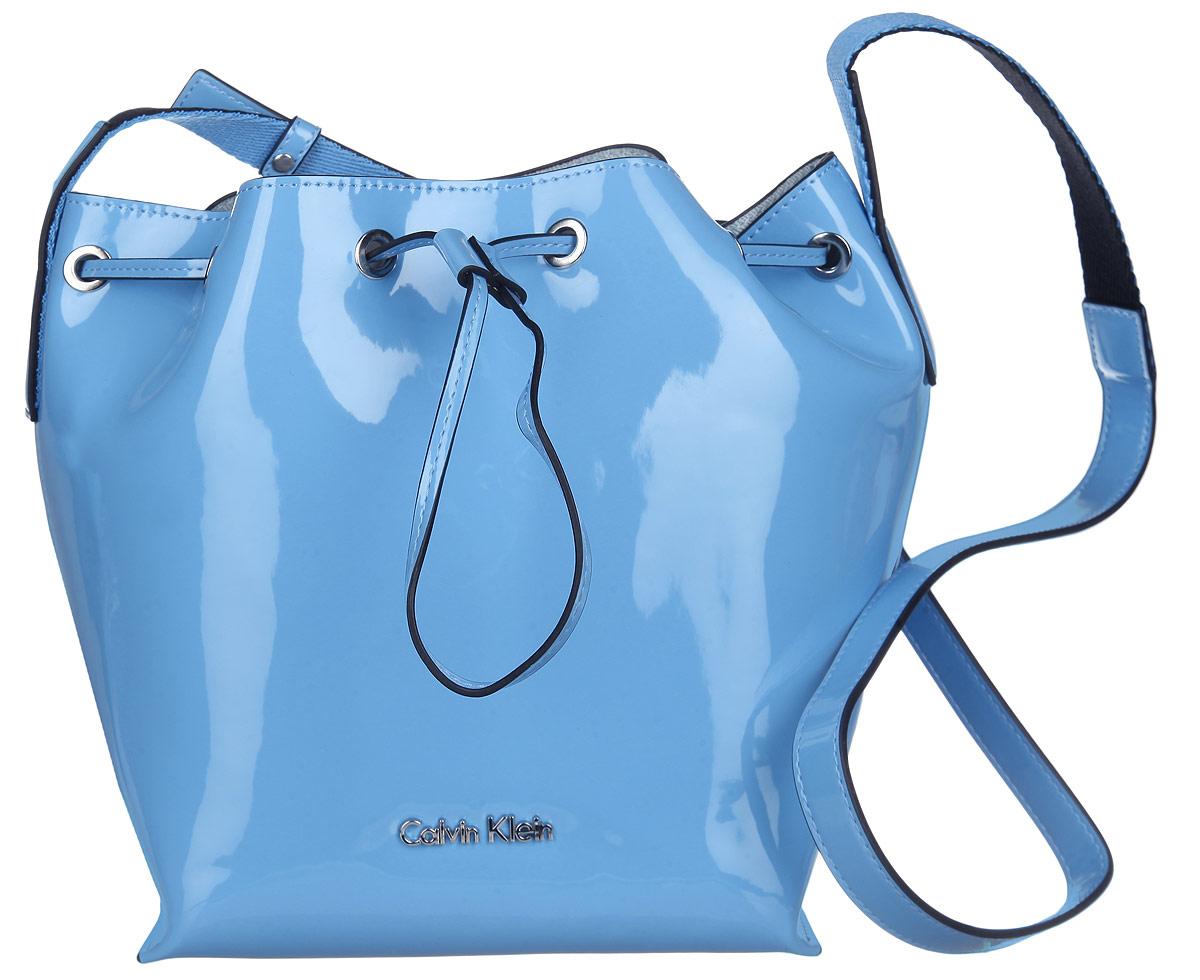 Сумка женская Calvin Klein Jeans, цвет: голубой. K60K601422_4120K60K601422_4120Стильная женская сумка Calvin Klein Jeans выполнена из полиуретана. Изделие имеет одно основное отделение, закрывающееся на затягивающийся шнурок. Внутри расположен накладной карман на застежке-молнии. Модель оснащена плечевым регулируемым ремнем. Модный аксессуар позволит вам завершить свой образ и быть неотразимой.