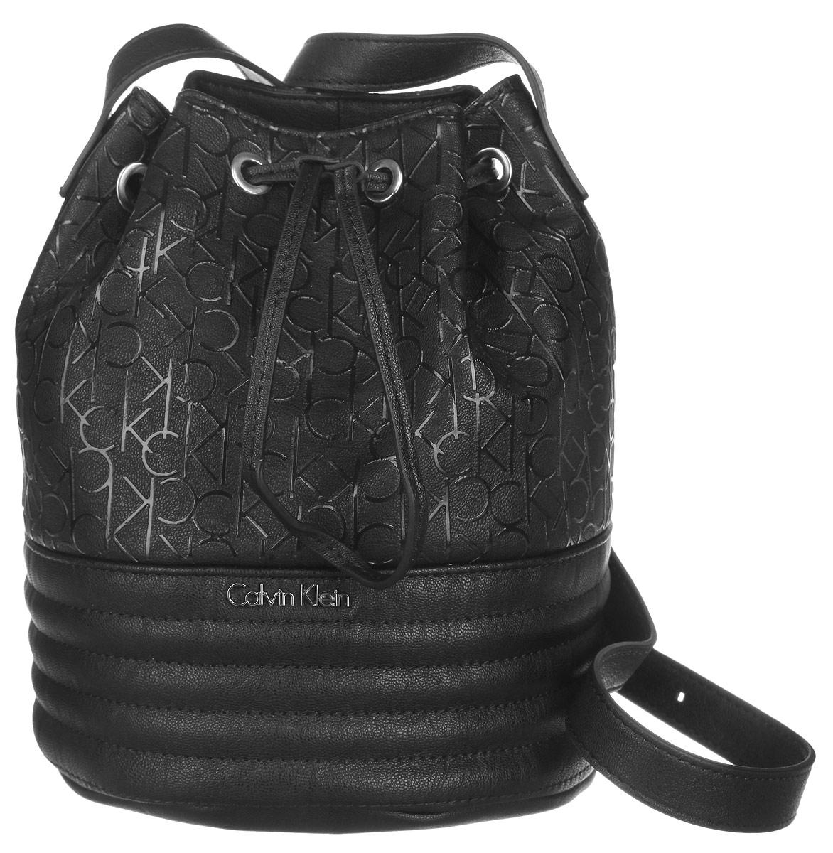 Сумка женская Calvin Klein Jeans, цвет: черный. K60K601189_0010K60K601189_0010Стильная женская сумка Calvin Klein Jeans выполнена из полиуретана. Изделие имеет одно основное отделение, закрывающееся на затягивающийся шнурок. Внутри расположен прорезной карман на застежке-молнии. Модель оснащена плечевым регулируемым ремнем. Модный аксессуар позволит вам завершить свой образ и быть неотразимой.