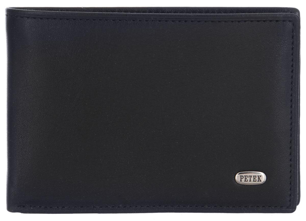 Портмоне мужское Petek 1855, цвет: черный. 129.000.01129.000.01 BlackСтильное мужское портмоне Petek 1855 выполнено из натуральной кожи. Лицевая сторона оформлена металлической пластиной с гравировкой в виде названия бренда. Изделие раскладывается пополам. Портмоне содержит одно отделение для купюр, два кармашка для визиток и пластиковых карт, карман для мелочи на кнопке и потайной карман. Портмоне упаковано в фирменную коробку. Такое портмоне станет отличным подарком для человека, ценящего качественные и стильные вещи.
