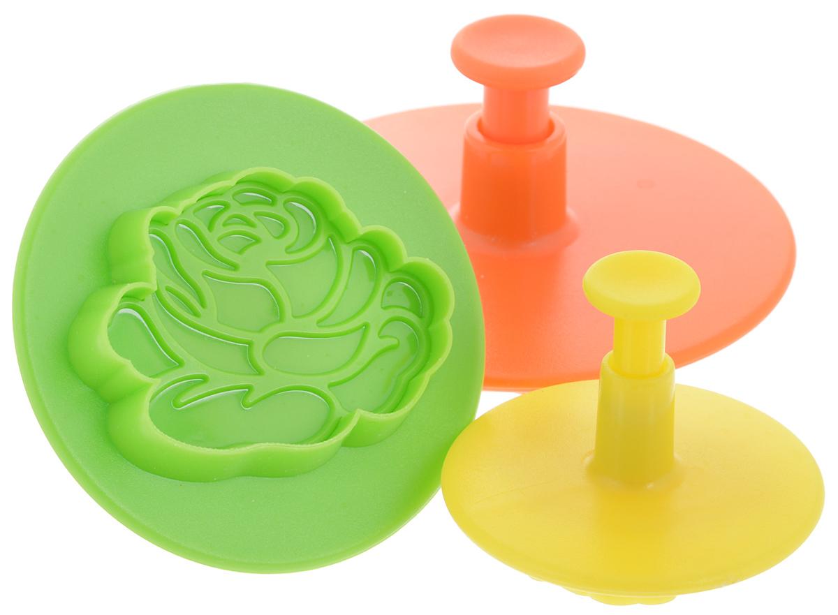 Набор пресс-форм для вырезания печенья Mayer & Boch Цветок, 3 шт24013_оранжевый/зеленый/желтыйНабор Mayer&Boch Цветок, выполненный из пищевого пластика, состоит из трех пресс-форм разного размера и предназначен для вырезания печенья в виде розы. Размер большой пресс-формы: 8,5 х 8,5 х 4,5 см. Размер средней пресс-формы: 7 х 7 х 4,5 см. Размер малой пресс-формы: 5 х 5 х 4,5 см.