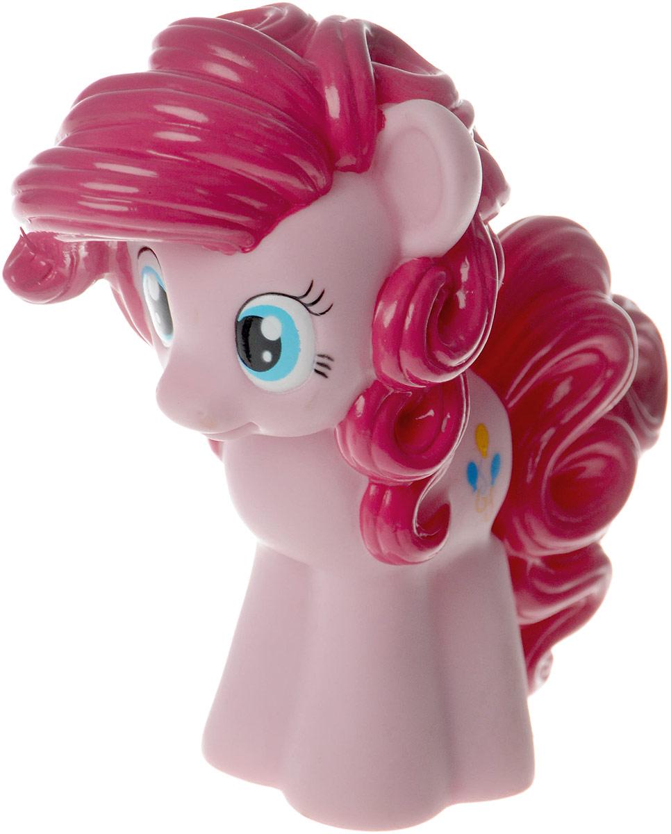 Играем вместе Игрушка для ванной Рinkie Pie6R-LSИгрушка для ванной Играем вместе Pinkie Pie светится и поет веселую песенку. Выполнена она очень тщательно и качественно. Герметичный корпус защищает механизм и элементы питания от попадания воды, поэтому ребенок может смело опускать задорную Пинки Пай в воду. Все фанаты мультика Дружба - это чудо знают, что Pinkie - самая веселая и смешливая пони. Как только она появляется на горизонте, значит, готовится нечто грандиозное! С яркой фигуркой ребенок сочинит множество историй или воплотит в игре те, что видел в мультике.