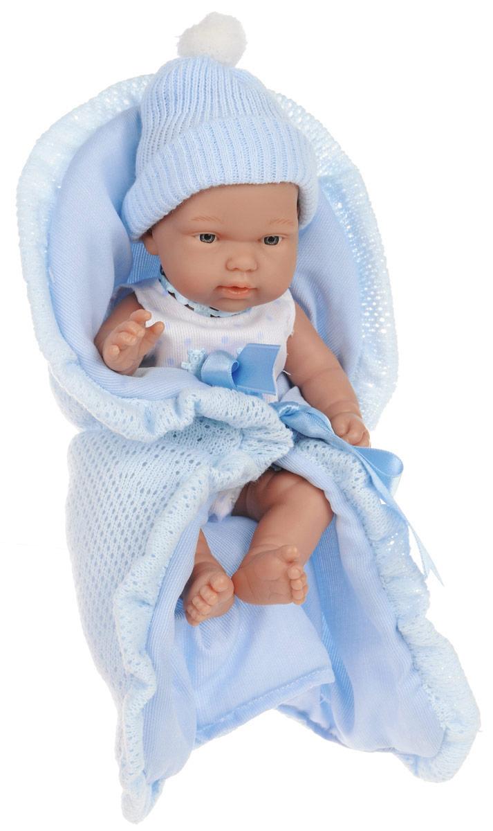 Arias Пупс Elegance в голубом конвертеТ58634Куклы Arias коллекции Elegance, изготовленные в Испании, это куклы превосходного качества и высокой детализации исполнения. Они действительно элегантны и тем самым притягательны с первого взгляда. Этот пупс-мальчик одет в костюмчик и шапочку ручной работы, как у настоящего малыша. В комплекте мягкое одеяло- конверт из голубого текстиля с ленточкой. Ручки, ножки и голова куклы подвижные, глазки не закрываются. Благодаря играм с куклой, ваша малышка сможет развить фантазию и любознательность, овладеть навыками общения и научиться ответственности, а дополнительные аксессуары сделают игру еще увлекательнее. Порадуйте свою принцессу таким прекрасным подарком!