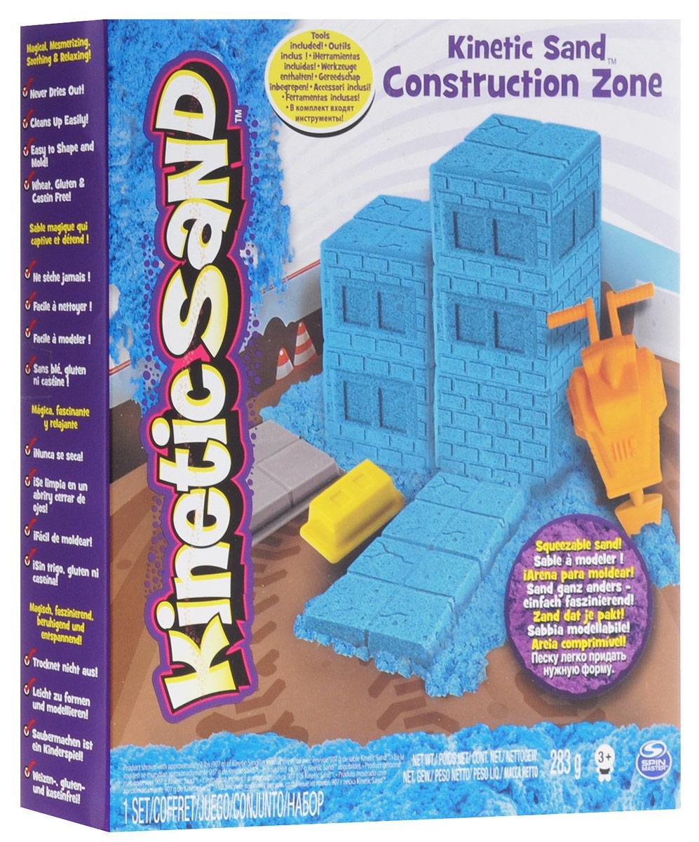 Kinetic Sand Кинетический песок Construction Zone71415Кинетический песок представляет собой невероятный по своим свойствам материал. Он замечательно держит форму, при этом легко распадается, а сама структура материала одновременно прочная и пористая. На ощупь он напоминает влажный песок с морского побережья, но не содержит воды, не мажет одежду и руки. Кинетический песок Kinetic Sand Construction Zone - это смесь чистого песка (98%) и специального связующего вещества (2%). Абсолютно безопасен. Никогда не высыхает. Оставляет все поверхности совершенно чистыми. Является неблагоприятной средой для размножения бактерий. С песком Kinetic Sand интересно играть как одному ребенку, так и нескольким одновременно. Развивает мелкую моторику, чувственное восприятие и креативность. В набор входят инструменты для еще более интересной игры!