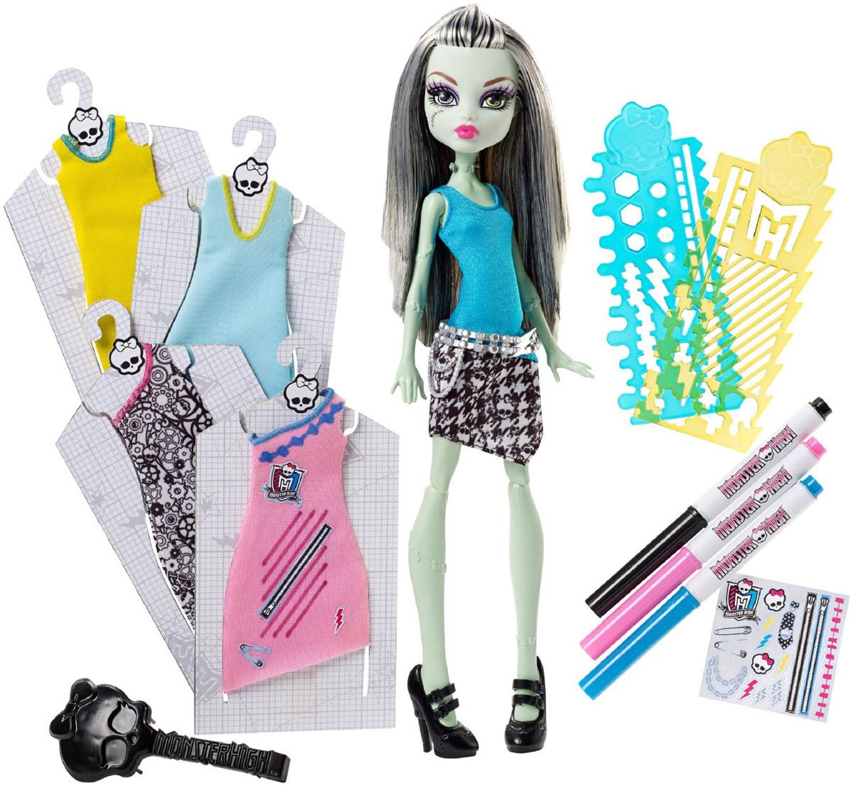 Monster High Кукла Стильная Фрэнки ШтейнDNM27Фрэнки Штейн - дочь великого доктора Франкенштейна. Она очень необычная девушка, ведь практически на всем ее теле можно найти небольшие шрамы. На шее у Фрэнки есть 2 болта, через которые она может пропускать электричество. Фрэнки решила стать модным дизайнером и открыть свой бутик стильной одежды. Нужно сказать, что это у нее получилось отлично. Дизайнерские наряды Фрэнки весьма необычны и креативны. Подружки Фрэнки с нетерпением ждут от нее новую коллекцию. В набор входят кукла, платья, трафареты, маркеры и наклейки. Придумать свои собственные рисунки, обвести трафареты и завершить образ с помощью наклеек - все это осуществимо вместе с куклой Monster High Стильная Фрэнки Штейн! Также в набор входит расческа, с помощью которой ваша дочурка сможет заплетать кукле различные прически! Порадуйте своего ребенка таким замечательным подарком!