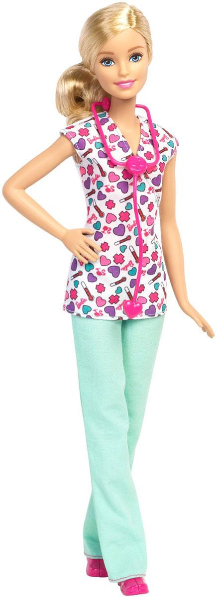 Barbie Кукла Медсестра цвет наряда белый светло-бирюзовыйDHB18_DMP54Кукла Barbie Медсестра непременно обрадует вашу малышку. Барби нашла работу своей мечты: она - медсестра! Куколка с длинными светлыми волосами одета в тунику и брюки, на ногах - розовые ботиночки. Голова, ручки и ножки подвижны, что позволит придавать кукле различные позы. В комплект входит стетоскоп. Воплощайте в жизнь классические истории или придумывайте новые вместе с куклами Barbie - с ними вы можете быть тем, кем захотите!