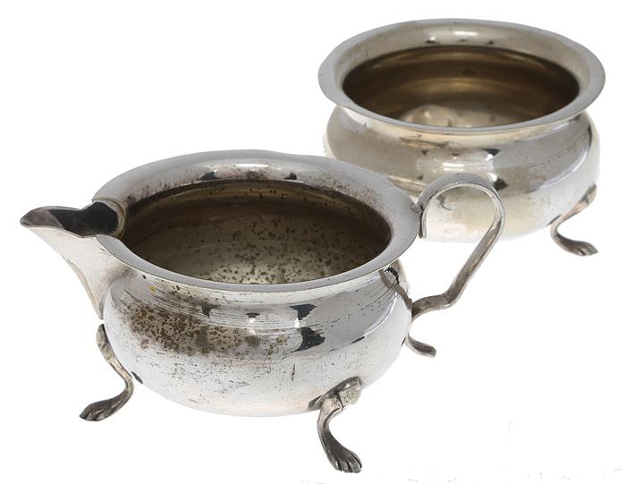 Сахарница и сливочник. Металл, глубокое серебрение E P N S. Yeoman, Великобритания, начало ХХ векаОС27728Старинные сахарница и сливочник. Металл, глубокое серебрение. Маркировка: тисненое клеймо Yeoman plate. E P N S. Made in England. Датировка: Великобритания, начало ХХ века. Размер: Сахарница: высота 6 см, диаметр 9 см. Сливочник: высота 6 см, диаметр 9 см. Сохранность хорошая, имеются небольшие потертости покрытия в соответствии с возрастом, и небольшая вмятина на сливочнике.