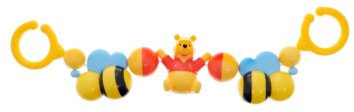 Disney Baby Погремушка-подвеска Винни ПухV07-RПогремушка-подвеска Disney Baby Винни Пух изготовлена из прочного безопасного материала с использованием пищевых красителей и прошла тщательный контроль качества. Погремушка предназначена для самых маленьких, способствует развитию слуха и зрения. Яркие цвета привлекают внимание. Погремушка развивает осязание, мелкую моторику и координацию движений. Погремушка-подвеска Disney Baby Винни Пух содержит подвижные элементы и удобное крепление крепление на коляску или кроватку.