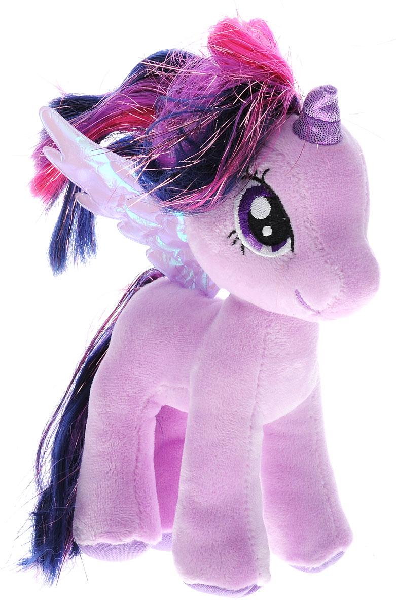 My Little Pony Пони Twilight Sparkle 17 см41004Мягкая игрушка Twilight Sparkle выполнена в виде очаровательного пони фиолетового цвета с длинным хвостом, гривой и крылышками. Специальные гранулы, используемые при ее набивке, способствуют развитию мелкой моторики рук малыша. Удивительно мягкая игрушка принесет радость и подарит своему обладателю мгновения нежных объятий и приятных воспоминаний. В качестве набивки используется синтепон. Великолепное качество исполнения делают эту игрушку чудесным подарком к любому празднику.