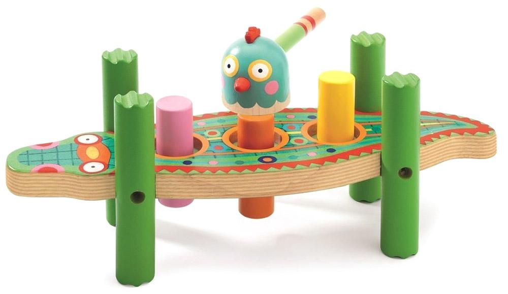 Djeco Развивающая игрушка Кикукрок06421Настольная игра Djeco Кикукрок позволит весело и полезно провести время. Яркая деревянная забивалка, в виде яркого крокодила - классическая развивающая игрушка для самых маленьких. Чудесные малыши очень сильно любят стучать или что-то забивать. Эта развивающая игрушка увлечет ребенка, ведь ему будет очень интересно наблюдать, как разноцветные шарики погружаются в фигурки-деревяшки. Во время игры ребенок познакомится с основными цветами, научиться различать фигуры, форму и цвет, тренировать логическое мышление и мелкую моторику пальчиков.