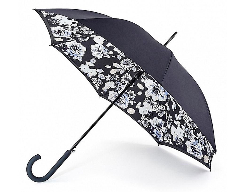 Зонт-трость женский Fulton Bloomsbury, полуавтомат, цвет: черный, белый, кремовый, голубой. L754-3041L754-3041 MonoFloralМодный полуавтоматический зонт-трость Fulton Bloomsbury даже в ненастную погоду позволит вам оставаться стильной и элегантной. Каркас зонта включает 8 спиц из фибергласса. Стержень изготовлен из стали. Особенностью этого зонта является наличие двойного купола, выполненного из прочного полиэстера. Верхний купол - однотонный; нижний, скрывающий спицы, оформлен цветочным принтом. Изделие дополнено удобной пластиковой рукояткой с каучуковым покрытием. Зонт оснащен полуавтоматическим механизмом: купол открывается нажатием на кнопку около ручки и закрывается вручную до характерного щелчка. Модель застегивается с помощью хлястика на кнопку. Такой зонт не только надежно защитит вас от дождя, но и станет стильным аксессуаром, который идеально подчеркнет ваш неповторимый образ.