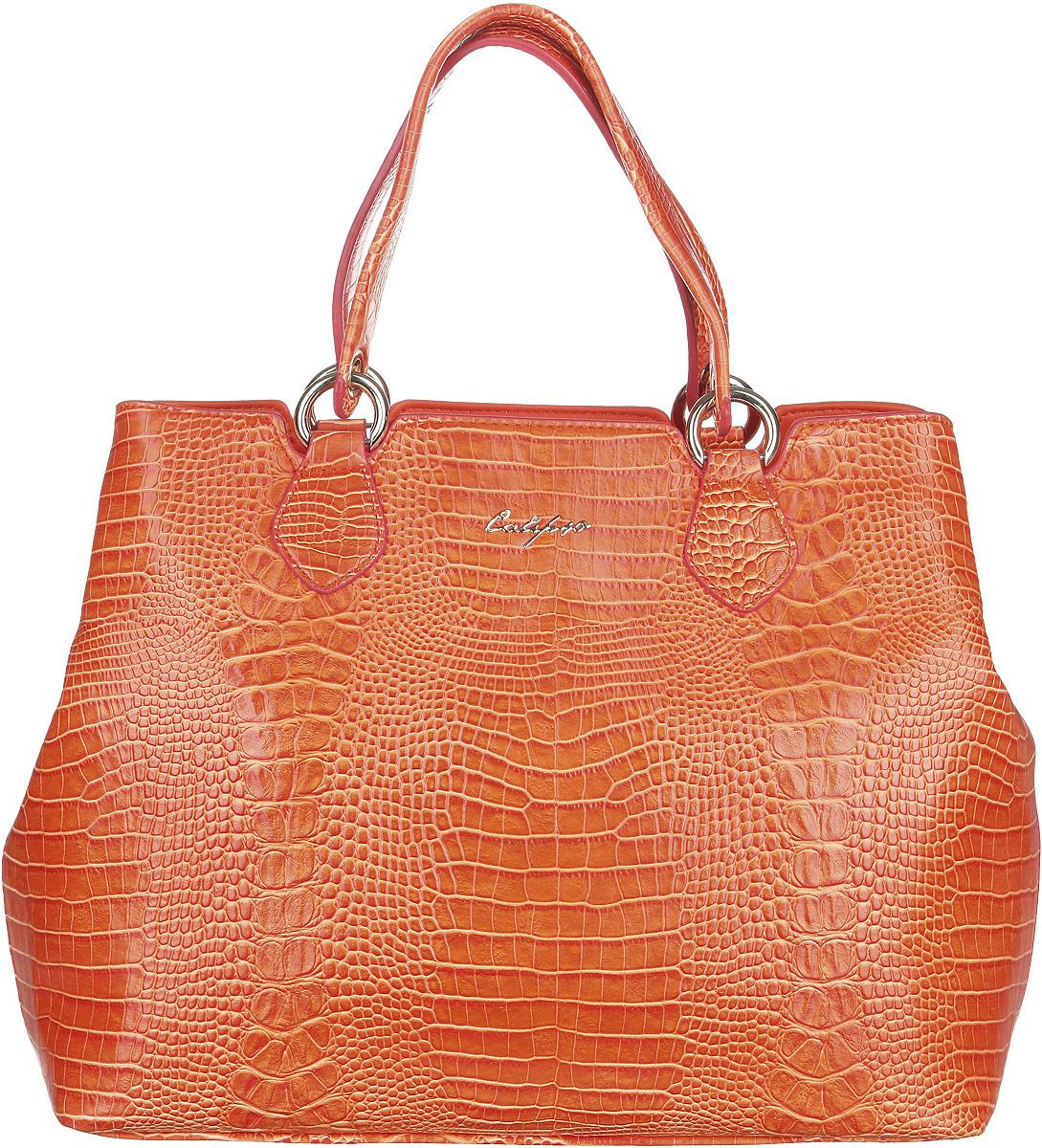 Сумка женская Calipso, цвет: оранжевый. 447-131286-231447-131286-231Стильная женская сумка Calipso выполнена из искусственной кожи с тиснением под кожу крокодила, оформлена логотипом бренда и металлической фурнитурой. Сумка состоит из двух отделений, застегивающихся на пластиковые застежки-молнии. Одно отделение содержит врезной карман на молнии и ремешок с кольцом для ключей, другое - два накладных кармана для телефона и мелочей. Снаружи на задней стенке расположен врезной карман на молнии. Боковые стороны сумки декорированы перфорированными вставками. Сумка оснащена двумя удобными ручками, которые дополнены у основания металлическими кольцами и съемным плечевым ремнем, регулируемой длины. Дно сумки дополнено металлическими ножками, которые позволят максимально защитить изделие от изнашивания. Прилагается фирменный текстильный чехол для хранения. Сумка - это стильный аксессуар, который подчеркнет вашу индивидуальность и сделает ваш образ завершенным. С такой сумкой вы будете в центре внимания.