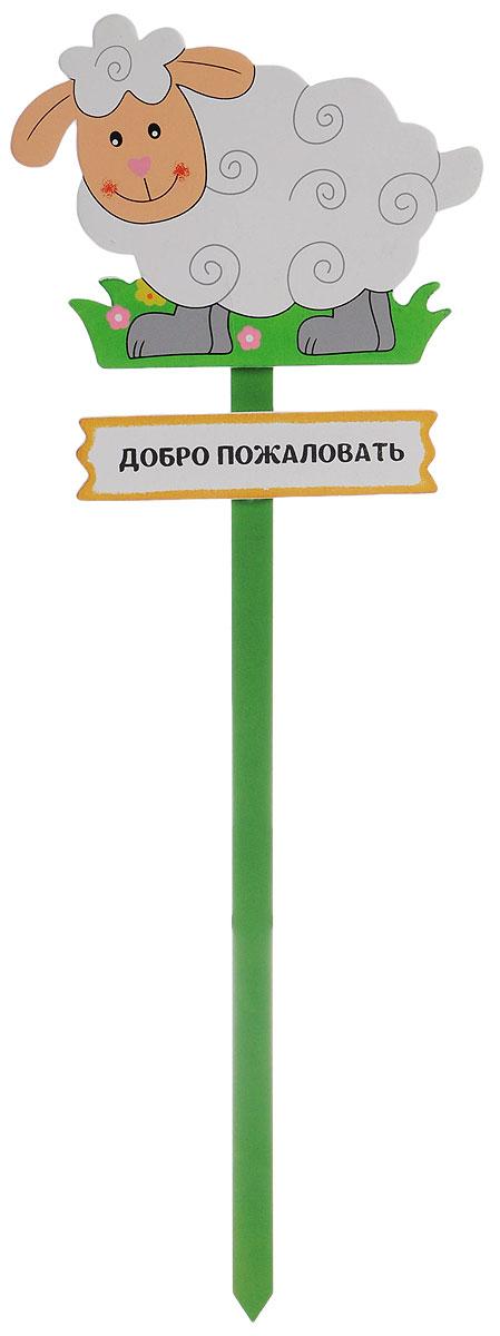 Украшение на ножке Village People Приветливая овечка, высота 51 см68473Украшение на ножке Village People Приветливая овечка предназначено для декорирования садового участка, грядок, клумб, цветочных кашпо, а также для поддержки и правильного роста растений. Табличка в ярком симпатичном дизайне изготовлена из дерева. Она украсит ваш сад и добавит ярких красок. Легко устанавливается в землю.