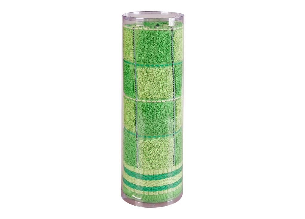Полотенце махровое Soavita Шахматы, цвет: зеленый, 68 х 135 см82985Махровое полотно создается из хлопковых нитей, которые, в свою очередь, прядутся из множества хлопковых волокон. Чем длиннее эти волокна, тем прочнее будет нить, и, соответственно, изделие. Длина составляющих хлопковую нить волокон влияет и на фактуру получаемой ткани: чем они длиннее, тем мягче и пушистее получится махровое изделие, тем лучше будет впитывать изделие воду. Хотя на впитывающие качество махры – ее гигроскопичность, не в последнюю очередь влияет состав волокна. Мягкая махровая ткань отлично впитывает влагу и быстро сохнет. Soavita – это популярный бренд домашнего текстиля. Дизайнерская студия этой фирмы находится во Флоренции, Италия. Производство перенесено в Китай, чтобы сделать продукцию более доступной для покупателей. Таким образом, вы имеете возможность покупать продукцию европейского качества совсем не дорого. Домашний текстиль прослужит вам долго: все детали качественно прошиты, ткани очень плотные, рисунок наносится безопасными для здоровья красителями, не...