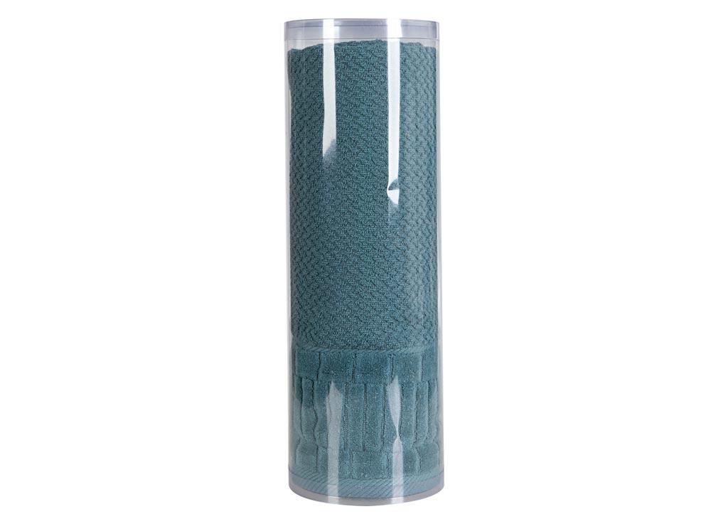 Полотенце махровое Soavita Eo. Mineola, цвет: темно-бирюзовый, 70 х 140 см83072Махровое полотно создается из хлопковых нитей, которые, в свою очередь, прядутся из множества хлопковых волокон. Чем длиннее эти волокна, тем прочнее будет нить, и, соответственно, изделие. Длина составляющих хлопковую нить волокон влияет и на фактуру получаемой ткани: чем они длиннее, тем мягче и пушистее получится махровое изделие, тем лучше будет впитывать изделие воду. Хотя на впитывающие качество махры – ее гигроскопичность, не в последнюю очередь влияет состав волокна. Мягкая махровая ткань отлично впитывает влагу и быстро сохнет. Soavita – это популярный бренд домашнего текстиля. Дизайнерская студия этой фирмы находится во Флоренции, Италия. Производство перенесено в Китай, чтобы сделать продукцию более доступной для покупателей. Таким образом, вы имеете возможность покупать продукцию европейского качества совсем не дорого. Домашний текстиль прослужит вам долго: все детали качественно прошиты, ткани очень плотные, рисунок наносится безопасными для здоровья красителями, не...
