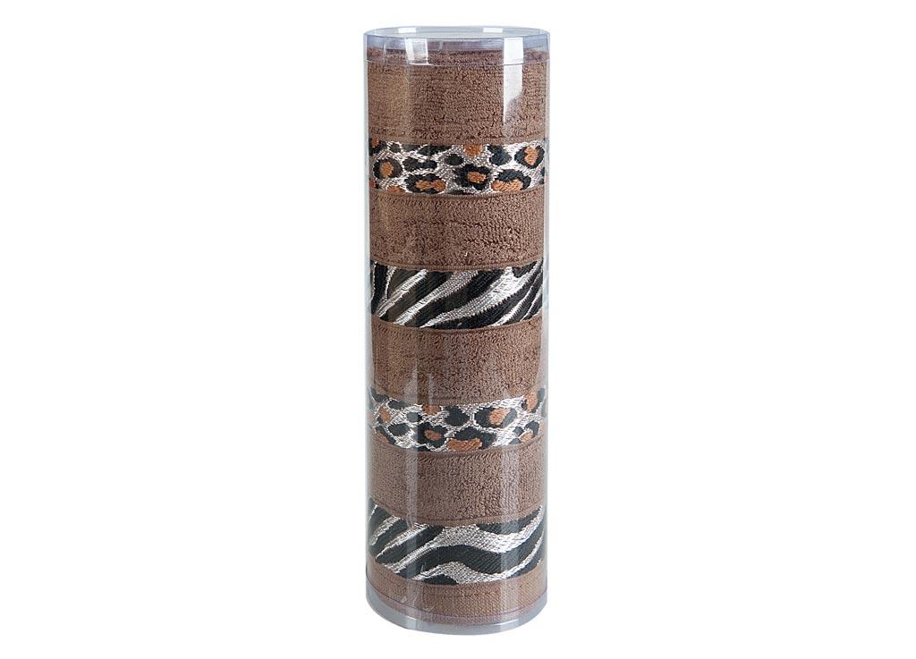 Полотенце махровое Soavita Df. Savanna, цвет: коричневый, 70 х 140 см83105Махровое полотно создается из хлопковых нитей, которые, в свою очередь, прядутся из множества хлопковых волокон. Чем длиннее эти волокна, тем прочнее будет нить, и, соответственно, изделие. Длина составляющих хлопковую нить волокон влияет и на фактуру получаемой ткани: чем они длиннее, тем мягче и пушистее получится махровое изделие, тем лучше будет впитывать изделие воду. Хотя на впитывающие качество махры – ее гигроскопичность, не в последнюю очередь влияет состав волокна. Мягкая махровая ткань отлично впитывает влагу и быстро сохнет. Soavita – это популярный бренд домашнего текстиля. Дизайнерская студия этой фирмы находится во Флоренции, Италия. Производство перенесено в Китай, чтобы сделать продукцию более доступной для покупателей. Таким образом, вы имеете возможность покупать продукцию европейского качества совсем не дорого. Домашний текстиль прослужит вам долго: все детали качественно прошиты, ткани очень плотные, рисунок наносится безопасными для здоровья красителями, не...