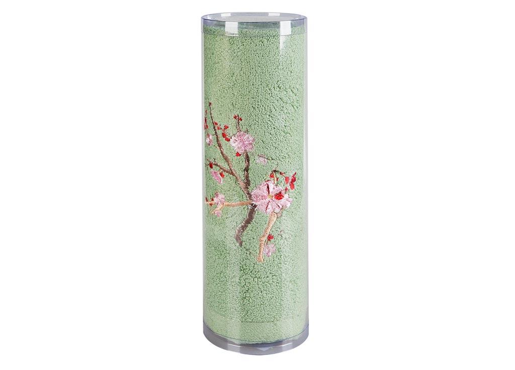 Полотенце махровое Soavita Df. Spring, цвет: зеленый, 70 х 140 см83111Махровое полотно создается из хлопковых нитей, которые, в свою очередь, прядутся из множества хлопковых волокон. Чем длиннее эти волокна, тем прочнее будет нить, и, соответственно, изделие. Длина составляющих хлопковую нить волокон влияет и на фактуру получаемой ткани: чем они длиннее, тем мягче и пушистее получится махровое изделие, тем лучше будет впитывать изделие воду. Хотя на впитывающие качество махры – ее гигроскопичность, не в последнюю очередь влияет состав волокна. Мягкая махровая ткань отлично впитывает влагу и быстро сохнет. Soavita – это популярный бренд домашнего текстиля. Дизайнерская студия этой фирмы находится во Флоренции, Италия. Производство перенесено в Китай, чтобы сделать продукцию более доступной для покупателей. Таким образом, вы имеете возможность покупать продукцию европейского качества совсем не дорого. Домашний текстиль прослужит вам долго: все детали качественно прошиты, ткани очень плотные, рисунок наносится безопасными для здоровья красителями, не...