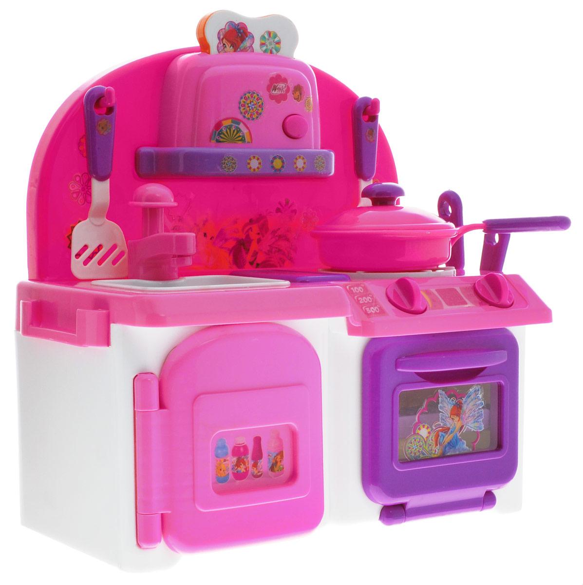Играем вместе Кухня Winx с водойFXG1010-RНа миниатюрной кухне Играем вместе Winx девочка может готовить сама, или предоставить это дело своим любимым куклам. Набор включает плиту, мойку, морозилку, полку с тостером и различные аксессуары, вроде посуды и муляжей продуктов. Все дверцы открываются, а ручки поворачиваются. Если включить плиту, то на конфорке загорится свет, как от высокой температуры. В духовку можно положить жаркое. А из мойки течет настоящая вода. Работает и тостер. Кусочек пластикового хлеба входит внутрь и готовится, а чтобы вытащить его, нужно нажать на тостере кнопку. Кухня окрашена в ярко-розовые тона и разрисована в стиле любимых героинь девочек из мультфильма про фей Winx. Для работы игрушки необходимы 4 батарейки типа АА (не входят в комплект).