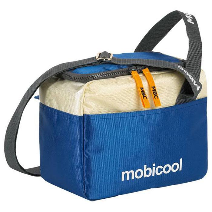 MOBICOOL Sail 6, Blue термосумкаSail 6Термосумка MOBICOOL Sail 6 сохранит ваши продукты свежими как в городе, так и на природе. Она идеальна для хранения ланчей и других небольших по размеру продуктов. Сумка имеет внешние карманы для различных мелочей и аксессуаров, а также регулируемый по длине плечевой ремень. Боковая ручка Боковой карман Молния по периметру
