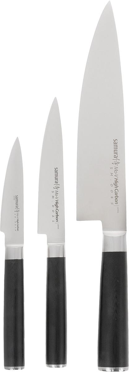Набор ножей Samura Mo-V, 3 предметаSM-0220/16Набор Samura Mo-V состоит из овощного, универсального и европейского Шеф ножей. Лезвия изделий выполнены из высококачественной японской коррозиестойкой стали. Больстер сплавлен с лезвием, а металлический стержень проходит через всю пластиковую рукоятку и придает надежность. Двусторонняя заточка острых ножей Samura Mo-V на водных камнях привлекает своим удобством не только европейцев, но и самих японцев. Легкий вес, оптимальный баланс формы и содержания ложится под любую руку. Набор представлен в подарочной коробке-кейсе. Длина лезвия овощного ножа: 9 см. Общая длина овощного ножа: 21 см. Длина лезвия универсального ножа: 12,5 см. Общая длина универсального ножа: 24,5 см. Длина лезвия шеф-ножа: 20,5 см. Общая длина шеф-ножа: 34 см.