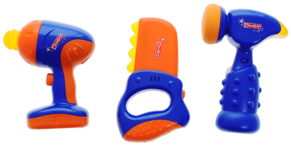 Играем вместе Набор инструментов Фиксики 3 предмета1212M463Набор инструментов Играем вместе Фиксики состоит из 3 предметов и станет прекрасным подарком для юного мастера. В набор входит пила, дрель и молоток. Работа инструментов сопровождается световыми и звуковыми эффектами. Набор инструментов поможет с ранних лет приучить ребенка к работе с инструментом и поспособствует воспитанию в нем настоящего мужчины в будущем. Для работы игрушек необходимы 4 батарейки напряжением 1,5V типа ААA и 2 батарейки напряжением 1,5V типа ААА (не входят в комплект).