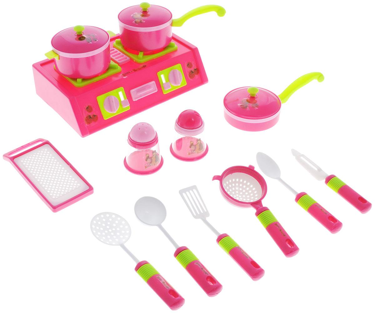 Играем вместе Игровой набор посуды Маша и Медведь 14 предметовNF2886-1Игровой набор посуды Играем вместе Маша и Медведь покорит любого ребенка, который любит помогать взрослым на кухне. В наборе малыш найдет 14 необходимых предметов для приготовления прекрасного праздничного стола. Это дуршлаг, кастрюлька, сковородки, емкости для соли и перца, и плита, на которой яства и будут готовиться. Для того чтобы ребенок смог почувствовать себя настоящим поваром, в наборе имеется красивый фартук и поварской колпак. Разнообразить меню малышу поможет книга Машины рецепты, в которой он найдет для себя много интересного. Игра с этим набором поможет ребенку не только развить мелкую моторику, но и подарит ему множество минут яркой сюжетной игры. Предметы набора изготовлены из нетоксичных и безопасных для ребенка материалов.