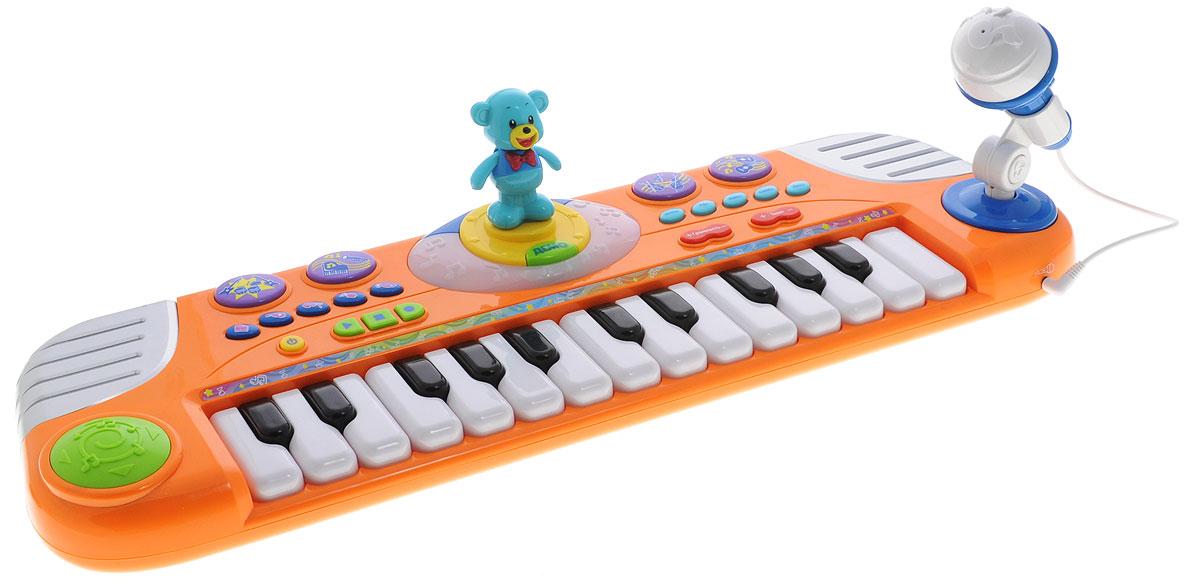 Играем вместе Электропианино Маша и Медведь цвет оранжевый2002-NLЭлектропианино Играем вместе Маша и Медведь непременно понравится вашему маленькому музыканту и не позволит ему скучать. Игрушка выполнена из прочного пластика и оснащена красочными световыми и звуковыми эффектами. В комплект также входят микрофон со стойкой и пластиковый медвежонок, которой будет танцевать под звуки клавиш. Игрушка оснащена настоящими клавишами, а с помощью функции записи и воспроизведения малыш сможет запечатлеть свои шедевры. Музыкальный инструмент имеет кнопки регулировки громкости и темпа. Играя с такой игрушкой, ребенок сможет развить цветовое восприятие, мелкую моторику рук, тактильную чувствительность, а также музыкальный слух и чувство ритма. В веселой игровой форме малыш сможет познакомиться с нотами и почувствовать себя настоящим музыкантом! Рекомендуется докупить 3 батарейки типа АА (товар комплектуется демонстрационными).