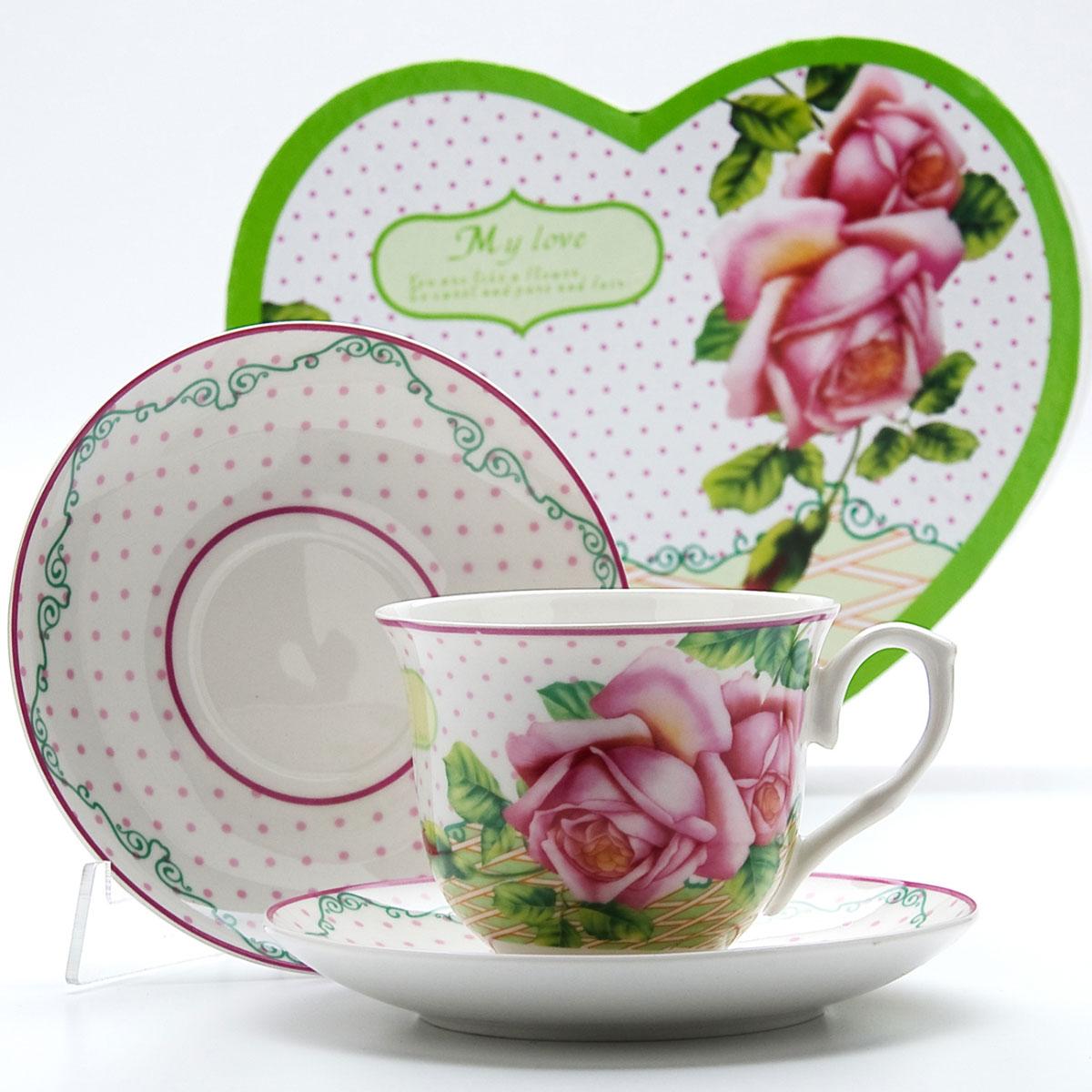 Чайная пара Mayer & Boch Роза, 4 предмета. 2299322993Этот чайный набор, выполненный из высококачественного костяного фарфора, состоит из двух чашек и двух блюдец. Предметы набора оформлены ярким изображением цветов. Изящный дизайн и красочность оформления придутся по вкусу и ценителям классики, и тем, кто предпочитает утонченность и изысканность. Чайный набор - идеальный и необходимый подарок для вашего дома и для ваших друзей в праздники, юбилеи и торжества! Он также станет отличным корпоративным подарком и украшением любой кухни. Чайный набор упакован в подарочную коробку в форме сердца из плотного цветного картона. Внутренняя часть коробки задрапирована белым атласом.