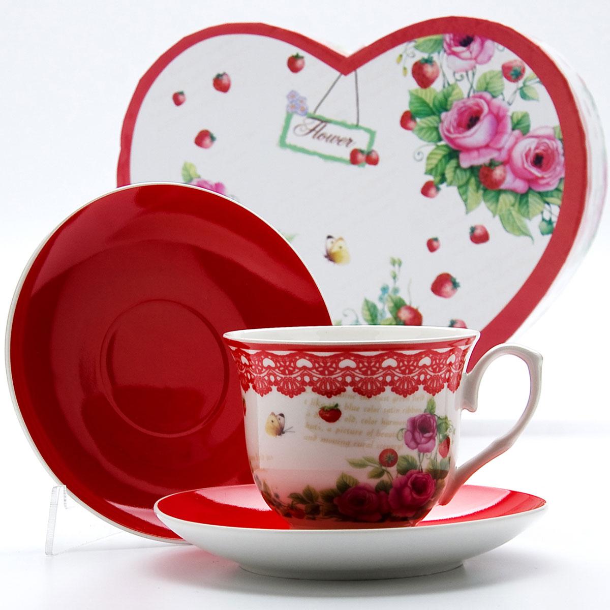 Чайная пара Mayer & Boch Клубничка, 4 предмета. 2298822988Этот чайный набор, выполненный из высококачественного костяного фарфора, состоит из двух чашек и двух блюдец. Предметы набора оформлены ярким изображением цветов. Изящный дизайн и красочность оформления придутся по вкусу и ценителям классики, и тем, кто предпочитает утонченность и изысканность. Чайный набор - идеальный и необходимый подарок для вашего дома и для ваших друзей в праздники, юбилеи и торжества! Он также станет отличным корпоративным подарком и украшением любой кухни. Чайный набор упакован в подарочную коробку в форме сердца из плотного цветного картона. Внутренняя часть коробки задрапирована белым атласом.