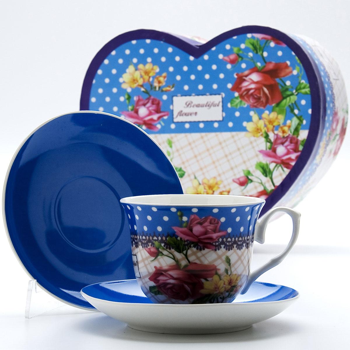 Чайная пара Mayer & Boch Букет, 4 предмета. 2299122991Этот чайный набор, выполненный из высококачественного костяного фарфора, состоит из двух чашек и двух блюдец. Предметы набора оформлены ярким изображением цветов. Изящный дизайн и красочность оформления придутся по вкусу и ценителям классики, и тем, кто предпочитает утонченность и изысканность. Чайный набор - идеальный и необходимый подарок для вашего дома и для ваших друзей в праздники, юбилеи и торжества! Он также станет отличным корпоративным подарком и украшением любой кухни. Чайный набор упакован в подарочную коробку в форме сердца из плотного цветного картона. Внутренняя часть коробки задрапирована белым атласом.