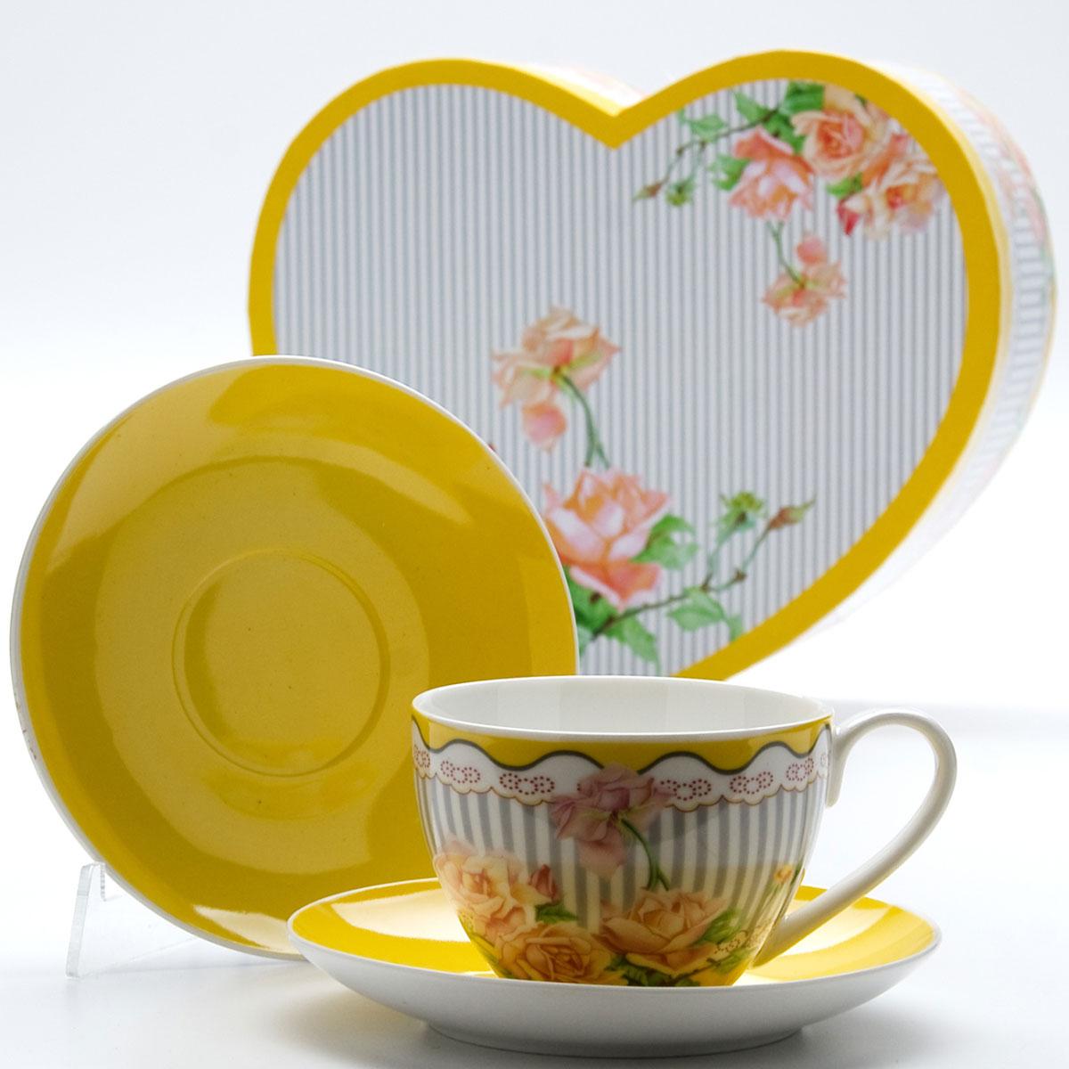 Чайная пара Mayer & Boch Садовые розы, 4 предмета. 2299522995Этот чайный набор, выполненный из высококачественного костяного фарфора, состоит из двух чашек и двух блюдец. Предметы набора оформлены ярким изображением цветов. Изящный дизайн и красочность оформления придутся по вкусу и ценителям классики, и тем, кто предпочитает утонченность и изысканность. Чайный набор - идеальный и необходимый подарок для вашего дома и для ваших друзей в праздники, юбилеи и торжества! Он также станет отличным корпоративным подарком и украшением любой кухни. Чайный набор упакован в подарочную коробку в форме сердца из плотного цветного картона. Внутренняя часть коробки задрапирована белым атласом.