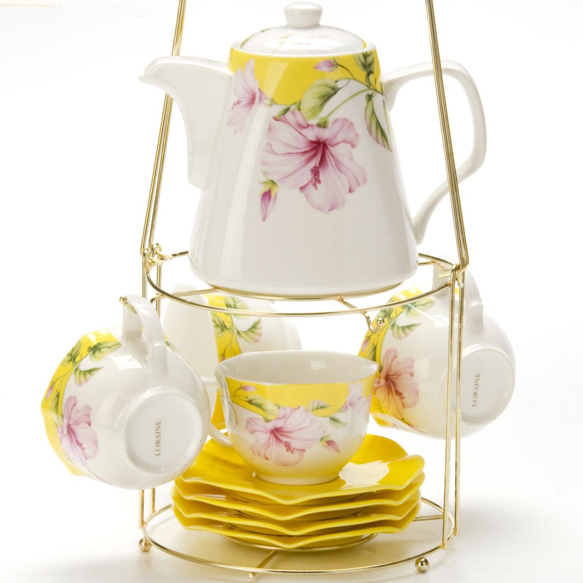 Набор чайный Mayer & Boch, на подставке, 9 предметов. 2473624736Чайный набор LORAINE состоит из 4 чашек, 4 блюдец и заварочного чайника (1,1 л). Предметы набора изготовлены из керамики и оформлены изображением цветов. Все предметы располагаются на удобной металлической подставке с ручкой. Элегантный дизайн набора придется по вкусу и ценителям классики, и тем, кто предпочитает утонченность и изысканность. Он настроит на позитивный лад и подарит хорошее настроение с самого утра. Чайный набор LORAINE идеально подойдет для сервировки стола и станет отличным подарком к любому празднику.