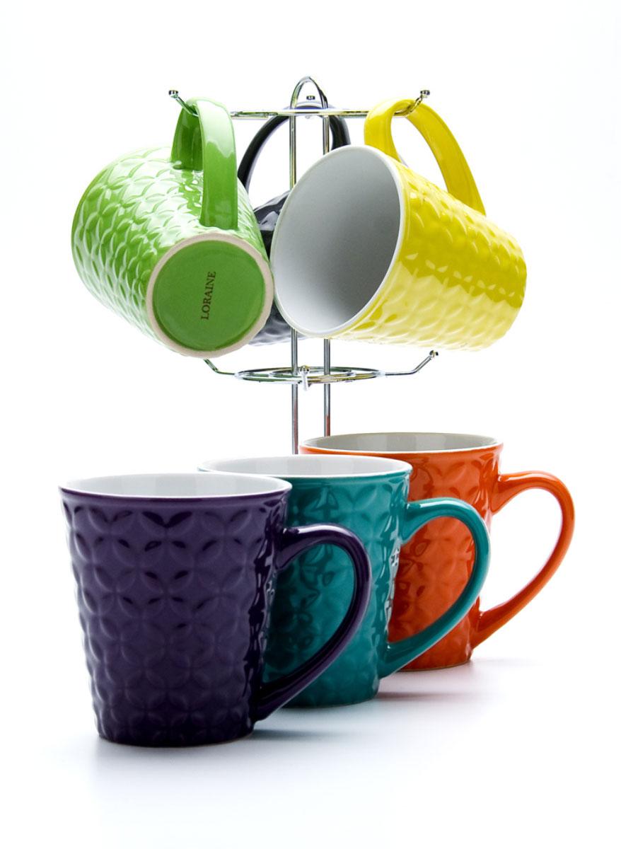 Набор чашек Loraine, на подставке, 350 мл, 6 предметов. 2313823138Набор включает в себя шесть кружек, выполненных из высококачественной керамики. Кружки компактно размещаются на подставке из хромированного металла. Кружки являются экологически безопасными, так как не содержат кадмия и свинца. Кружки можно использовать в духовке, микроволновой печи и холодильнике, а также мыть в посудомоечной машине.