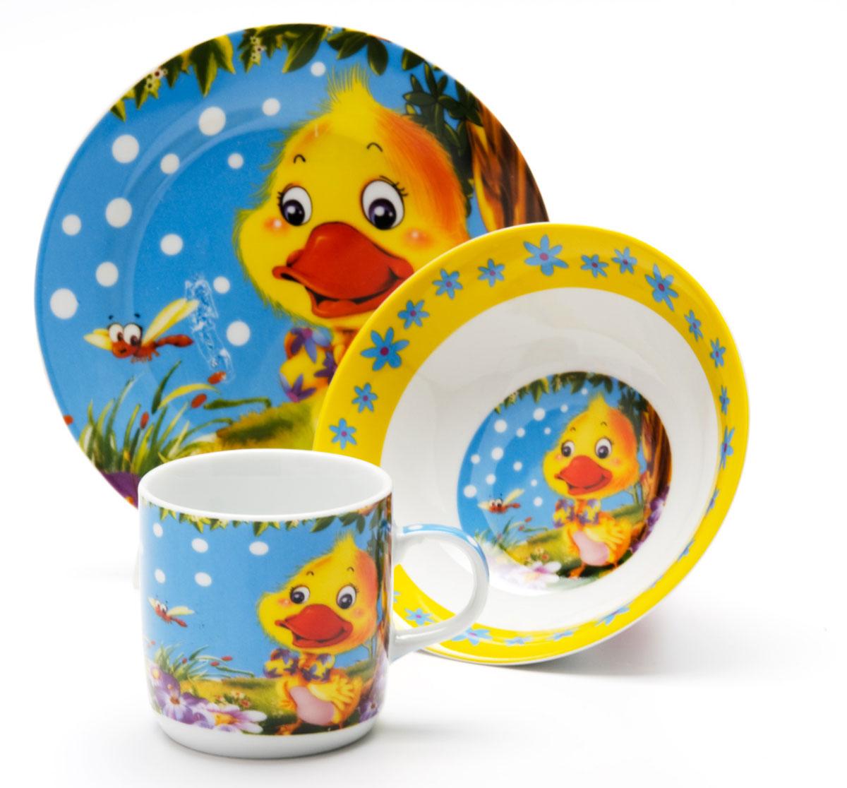Набор посуды Loraine Утенок, 3 предмета24023Набор посуды Утёнок сочетает в себе изысканный дизайн с максимальной функциональностью. В набор входят суповая тарелка, обеденная тарелка и кружка. Предметы набора выполнены из высококачественной керамики, декорированы красочным рисунком. Благодаря такому набору обед вашего ребенка будет еще вкуснее. Набор упакован в красочную, подарочную упаковку.