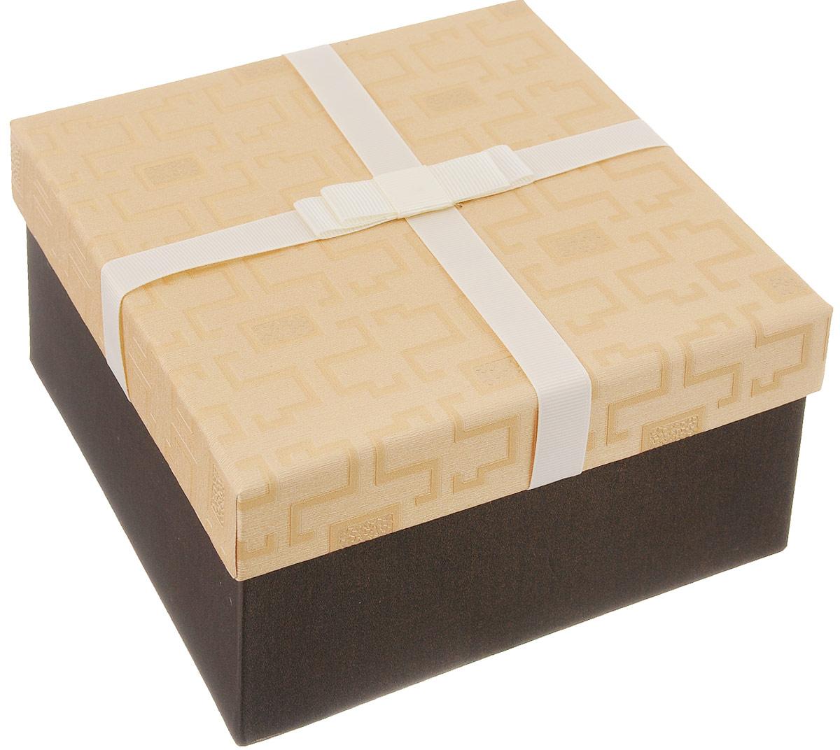Коробка подарочная Packing Symphony Меандр, цвет: коричневый, бежевый, 17 х 17 х 9,5 см80036885Подарочная коробка Packing Symphony Меандр выполнена из картона и декорирована текстильным бантом. Это один из самых оригинальных вариантов упаковки для подарка. Любой, даже самый нестандартный подарок, упакованный в такую коробку, создаст момент легкой интриги, а плотный картон сохранит содержимое в первоначальном виде. Оригинальный дизайн самой коробки будет долго напоминать владельцу о трогательных моментах получения презента.