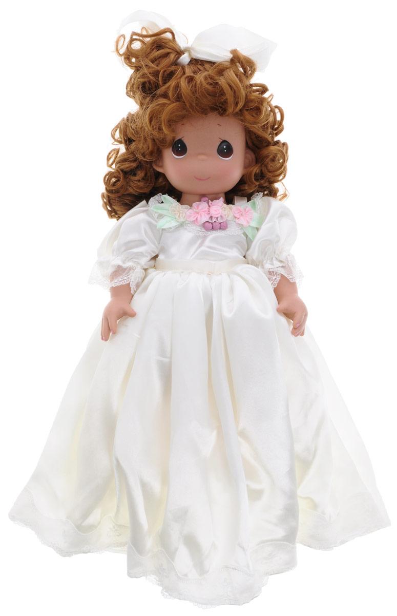 Precious Moments Кукла Изящная невеста1199Каждая кукла Precious Moments, созданная известной американской волшебницей Линдой Рик, неповторима, имеет свой образ, характер и имя. Кукла создана из лучших материалов, а одежда сшита так, будто ее собиралась носить сама Королева. Длинные и гладкие локоны, озорные кудряшки, строгие вечерние прически, светящиеся глаза-капельки, очаровательные улыбки... Куклы имеют пять базовых точек артикуляции. Кукла Изящная невеста станет любимой игрушкой вашей малышки. Кукла одета в шикарное белое платье невесты, на ногах - ботиночки. У куклы шикарные рыжие волосы, которые убраны в прическу и украшены атласной ленточкой. На милом личике большие карие глаза. Одежда куклы съемная. Великолепное качество исполнения делают эту куколку чудесным подарком к любому празднику. Игра с куклой разовьет в вашей малышке чувство ответственности и заботы. Порадуйте свою принцессу таким великолепным подарком!