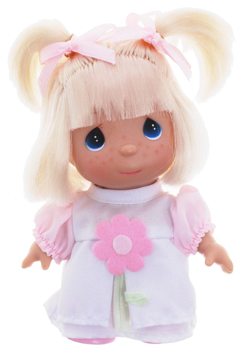 Precious Moments Мини-кукла Бабочка цвет наряда розовый белый5284Какие же милые эти куколки Precious Moments. Создатель этих очаровательных крошек настоящая волшебница - Линда Рик - оживила свои творения, каждая кукла обрела свой милый и неповторимый образ. Эти крошки могут сопровождать вас в чудесных странствиях и сделать каждый момент вашей жизни незабываемым! Мини-кукла Бабочка одета в белое платье с розовыми рукавами, украшенное аппликацией в виде цветка. Светлые волосы куклы убраны в два озорных хвостика. У девочки большие синие глаза. Благодаря играм с куклой, ваша малышка сможет развить фантазию и любознательность, овладеть навыками общения и научиться ответственности. Порадуйте свою принцессу таким прекрасным подарком!