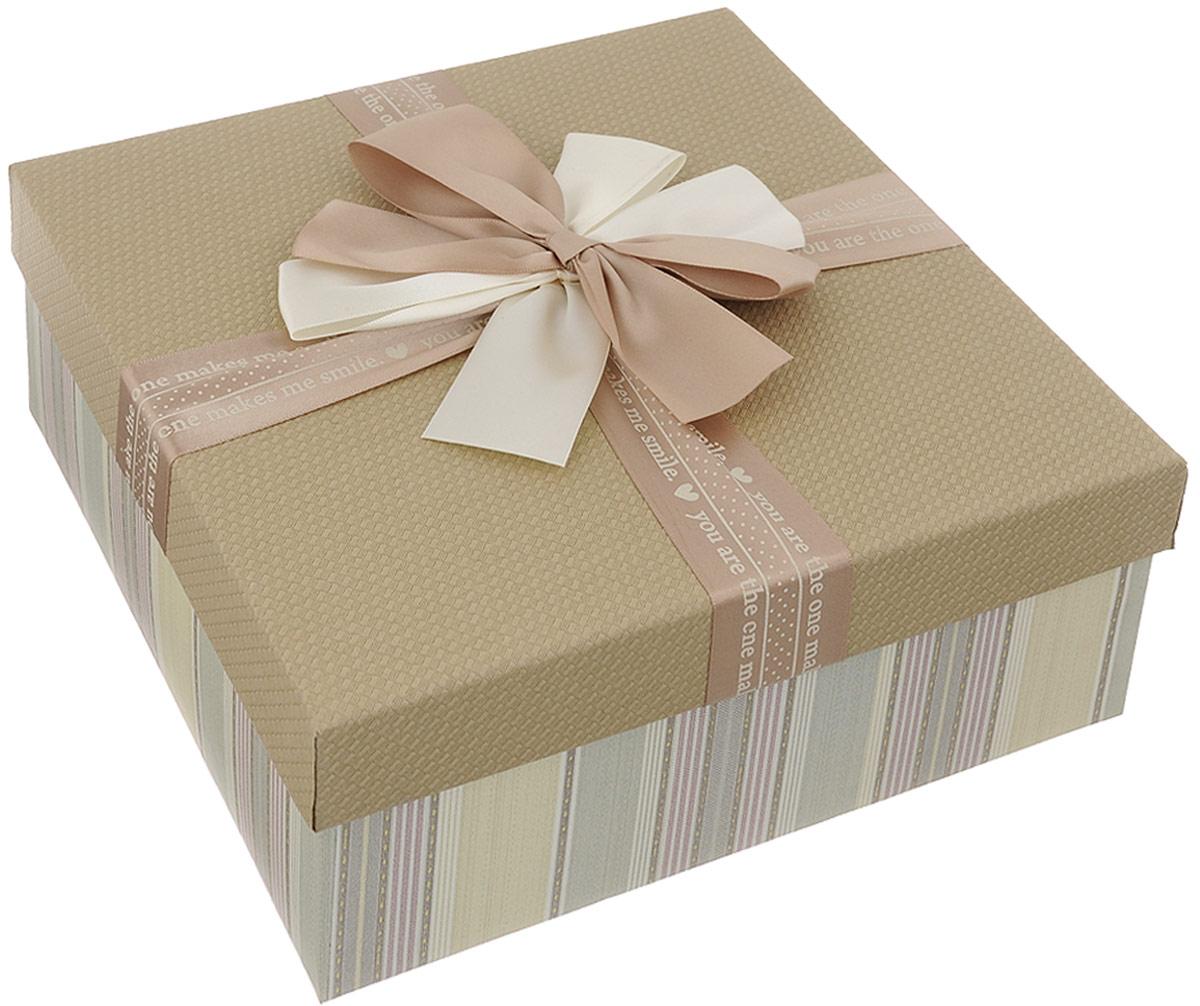 Коробка подарочная Packing Symphony Прямоугольник. Полосы, цвет: бежевый, светло-зеленый, 24 х 24 х 10,5 см80036999Подарочная коробка Packing Symphony Прямоугольник. Полосы выполнена из картона и декорирована текстильным бантом. Это один из самых оригинальных вариантов упаковки для подарка. Любой, даже самый нестандартный подарок, упакованный в такую коробку, создаст момент легкой интриги, а плотный картон сохранит содержимое в первоначальном виде. Оригинальный дизайн самой коробки будет долго напоминать владельцу о трогательных моментах получения презента.